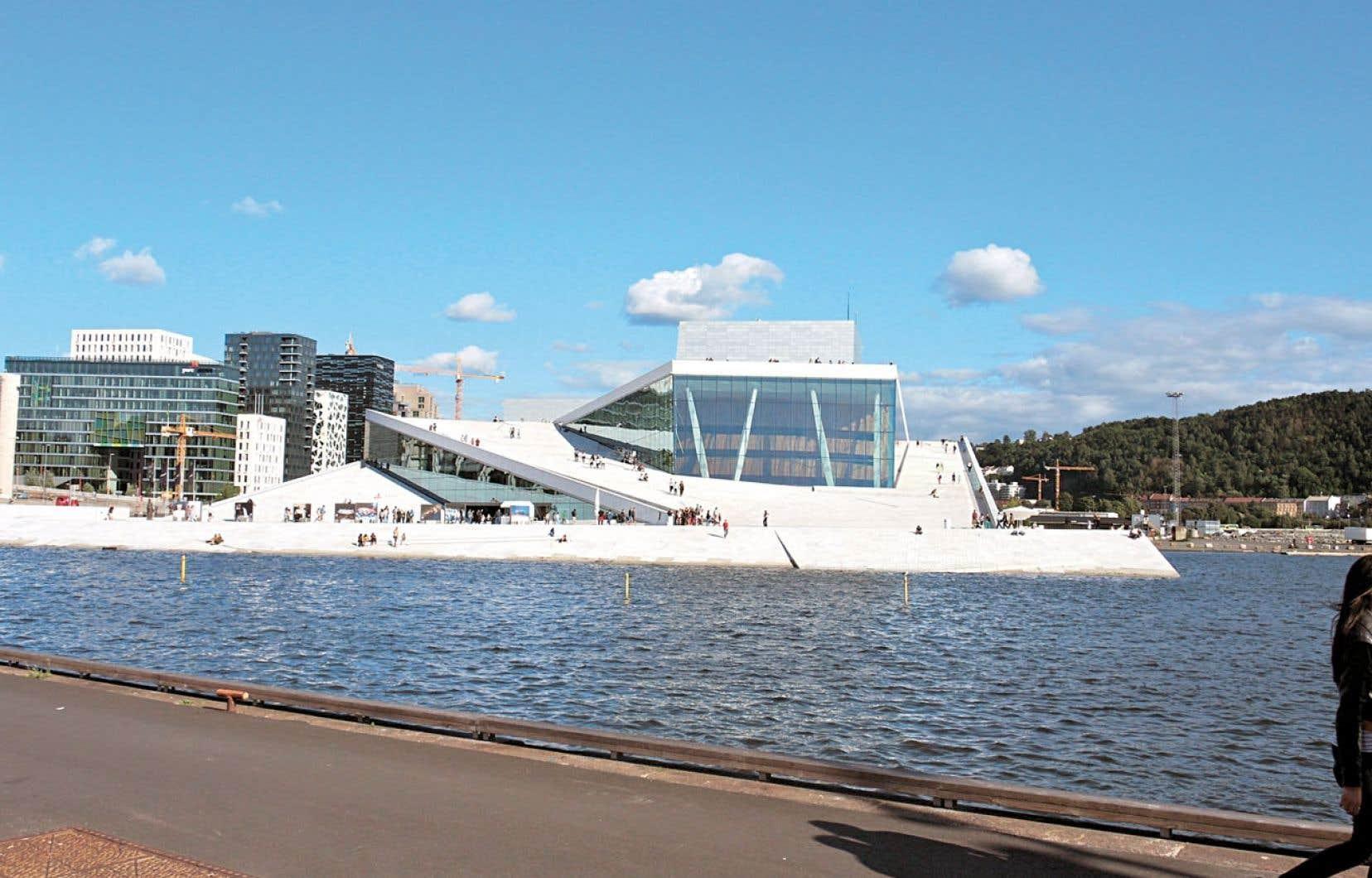 L'Opéra d'Oslo et des immeubles en construction du quartier Bjørvika.