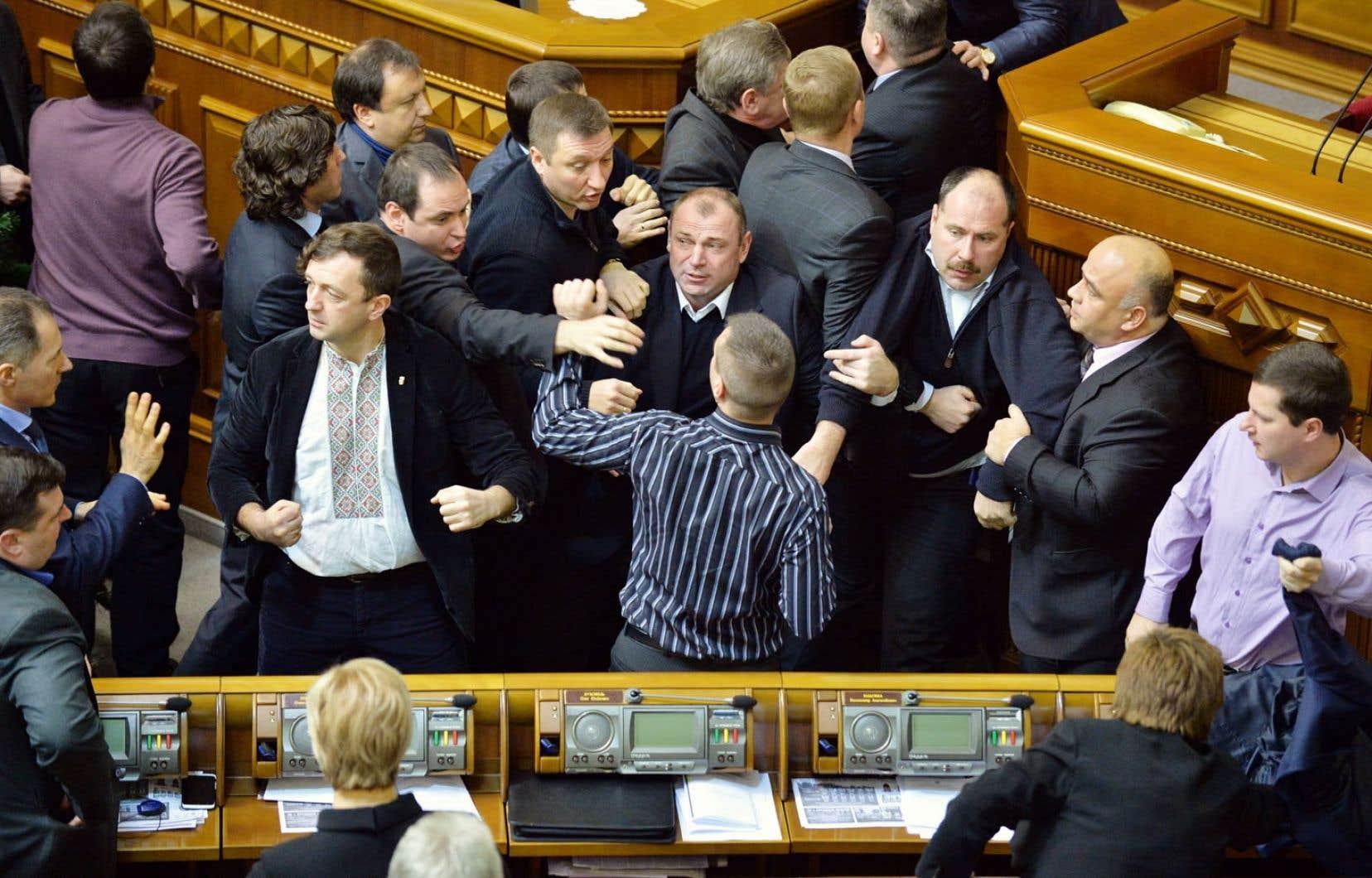 Le Parlement ukrainien s'est transformé jeudi en arène de boxe.
