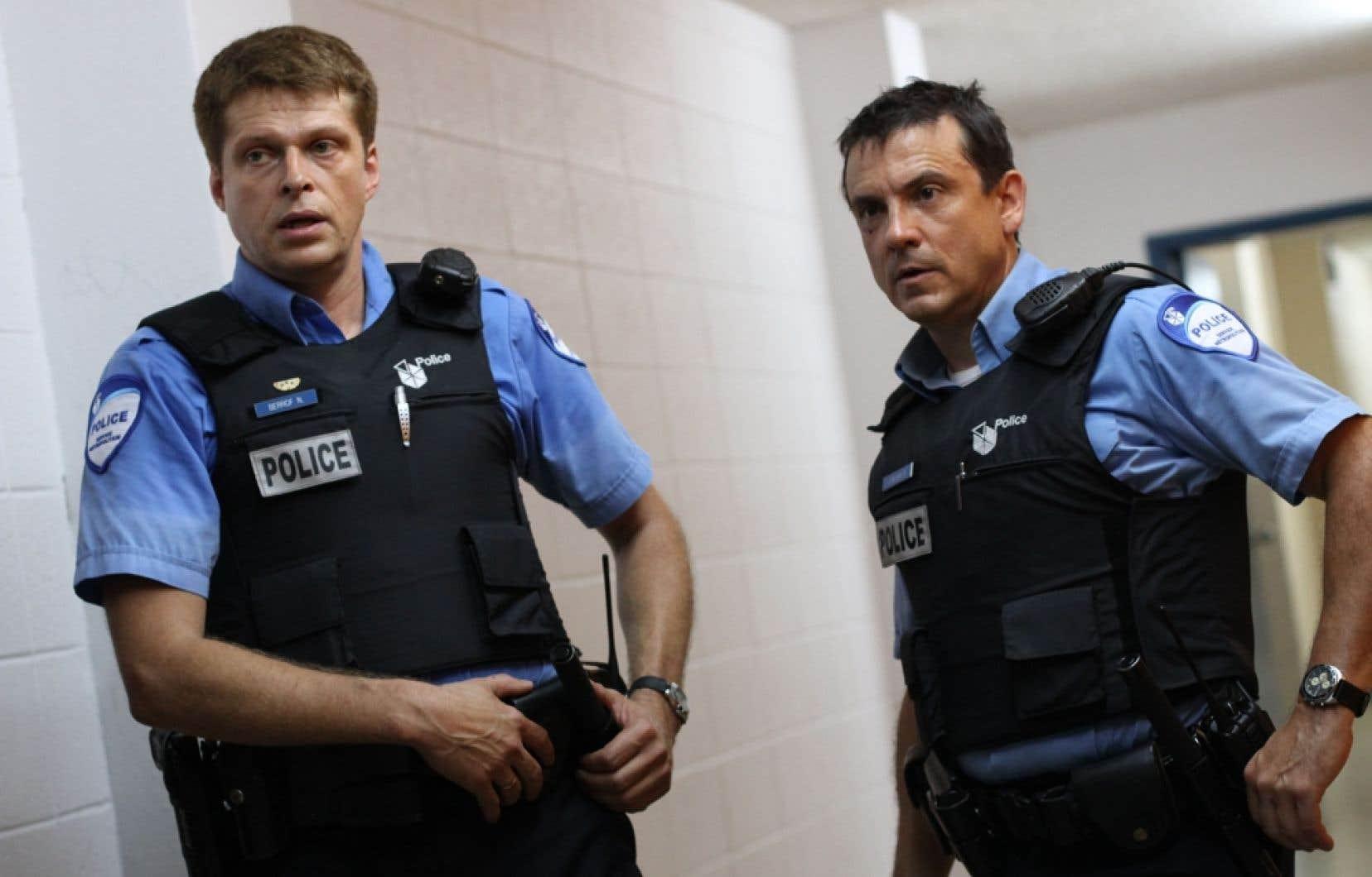 Dans la version québécoise de 19-2, Réal Bossé et Claude Legault sont les personnages principaux. Dans la version anglaise, le rôle de Bossé est joué par Adrian Holmes, comédien afro-canadien.