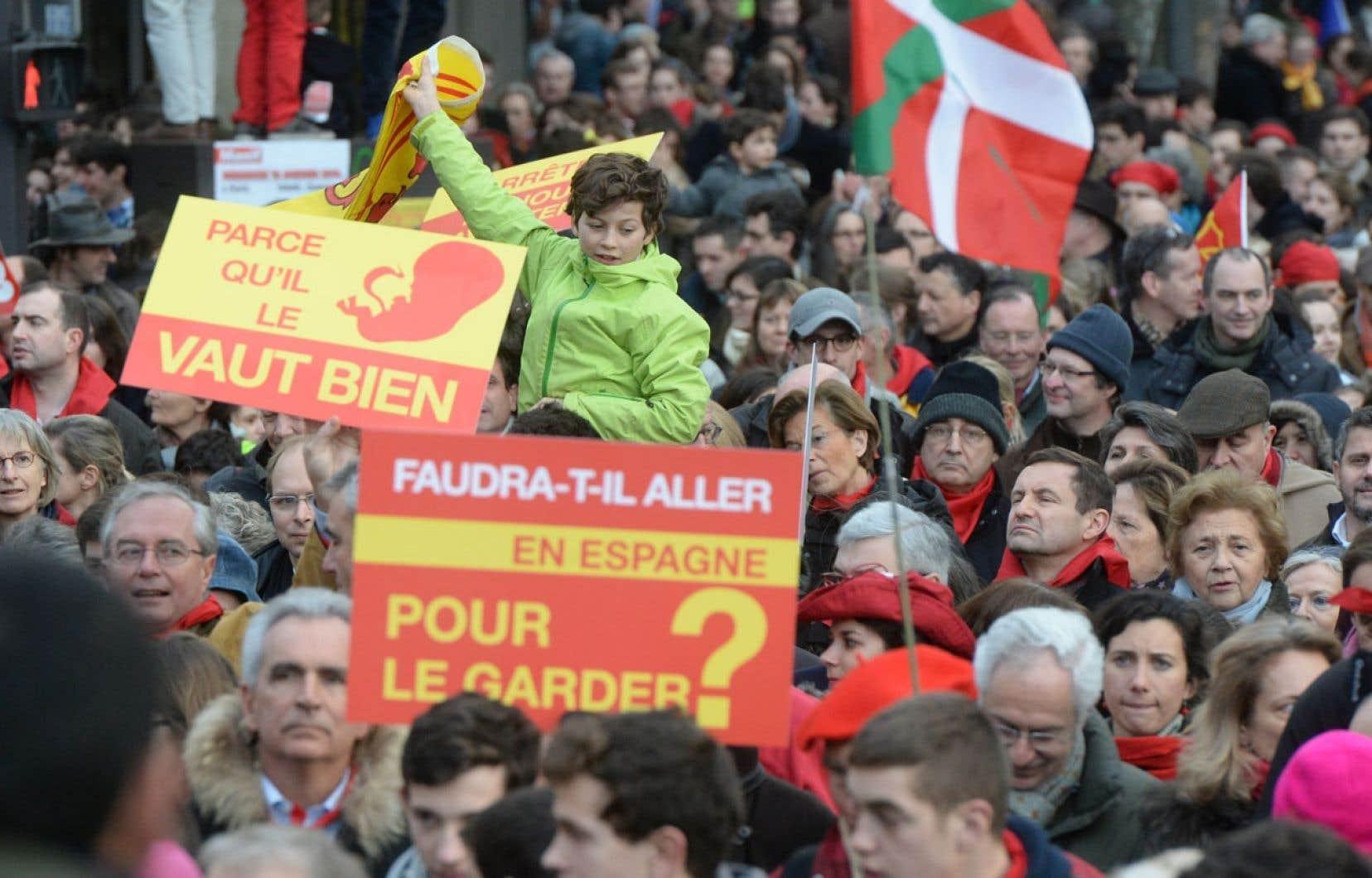 «Faudra-t-il aller en Espagne pour le garder?», interrogeaient des pancartes aux couleurs espagnoles.