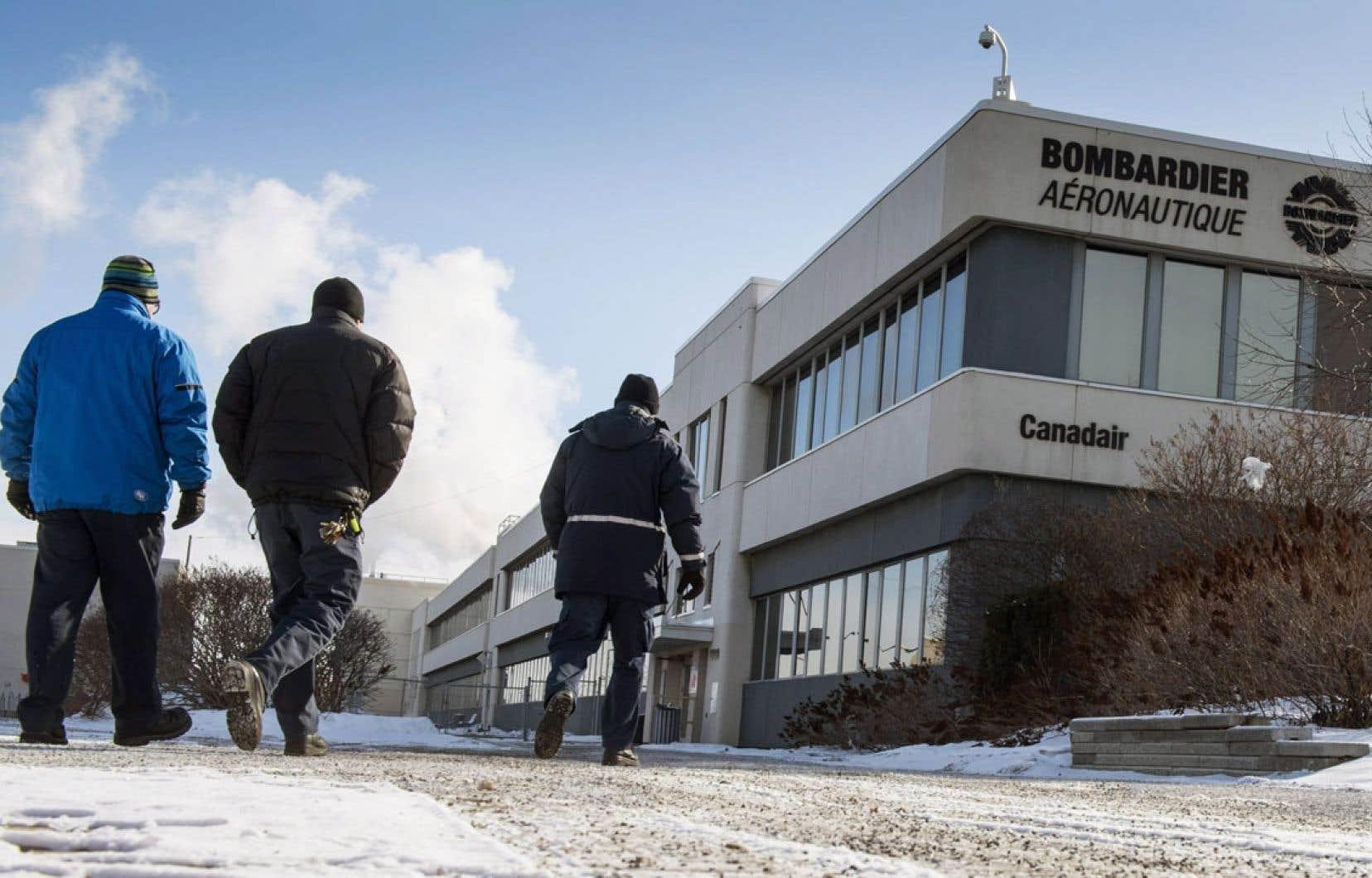 Un employé de Bombardier s'apprête à rentrer au travail. Mardi, l'entreprise a annoncé la suppression de 1700 emplois, la plupart au Québec.