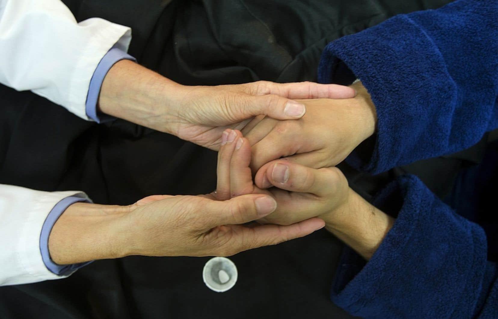 Plus question qu'un patient <em>« se retrouve entre deux chaises »</em> quand un médecin le recommande à un autre, selon le docteur François Gauthier.