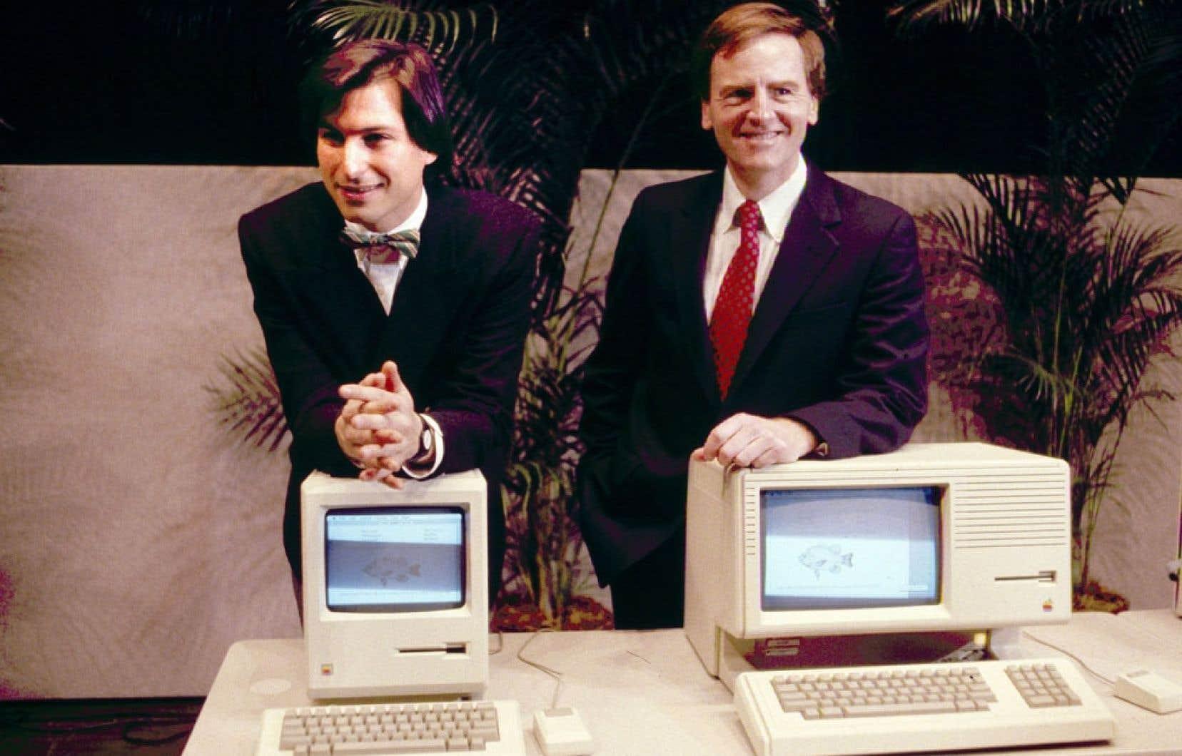 Le fondateur et ex-dirigeant d'Apple Steve Jobs, décédé en 2011, apparaît ci-dessus avec l'ex-président d'Apple John Sculley présentant les premiers «Macintosh Desktop Computers» en 1984.