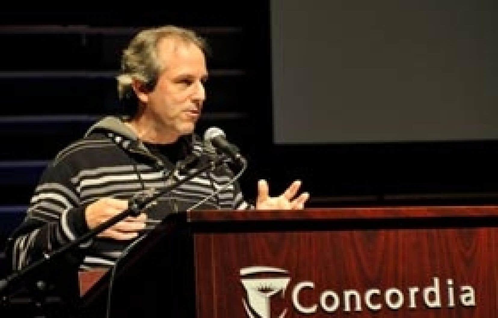 Le scénariste et producteur René Balcer à la tribune de l'Université Concordia, qui lui a remis un doctorat honoris causa l'an dernier.