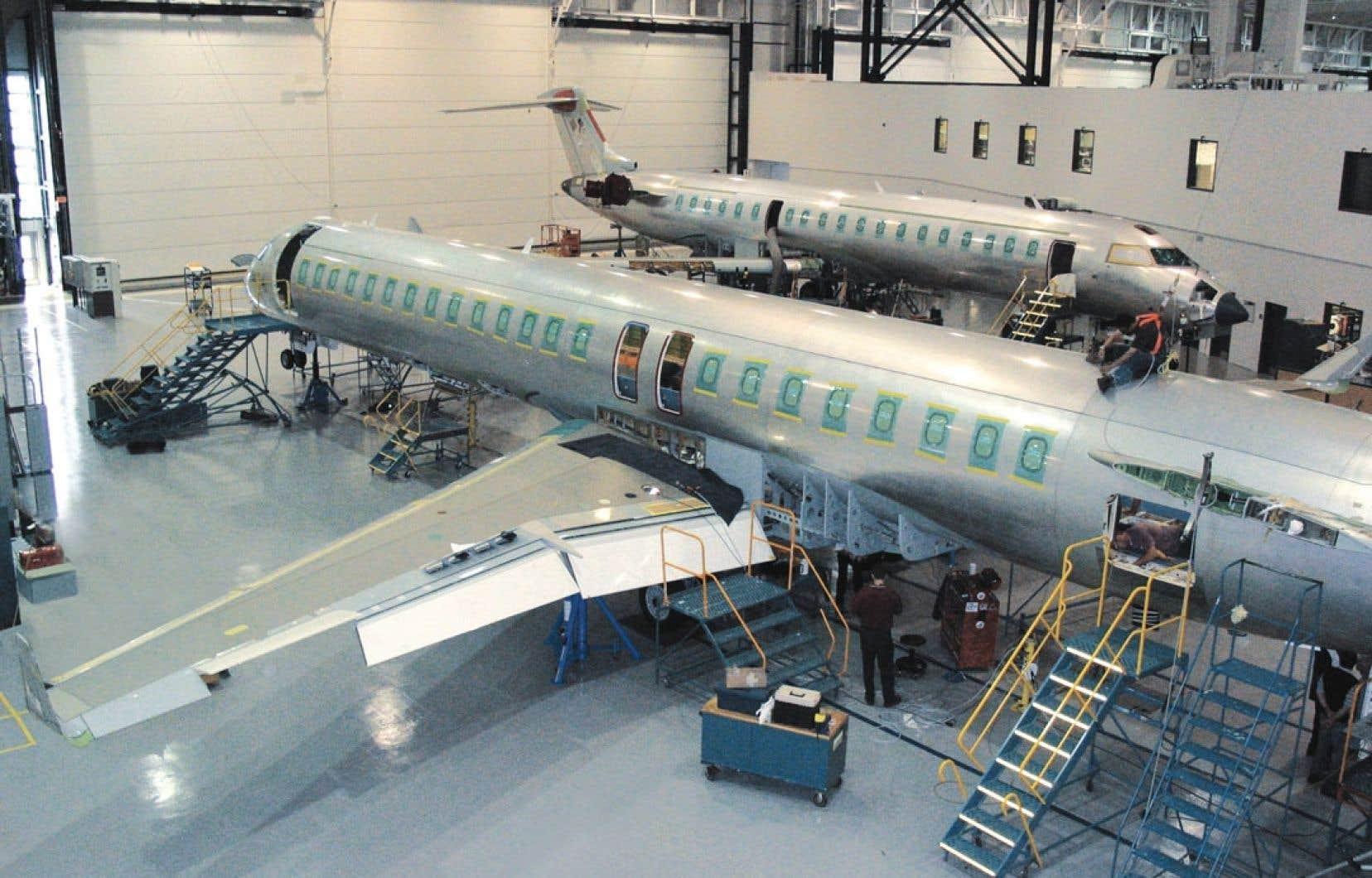 Tous les étudiants de l'École de technologie supérieure qui se spécialisent dans le domaine de l'aérospatiale ont l'occasion de s'initier en entreprise à l'une des étapes de conception et de fabrication d'appareils aéronautiques.