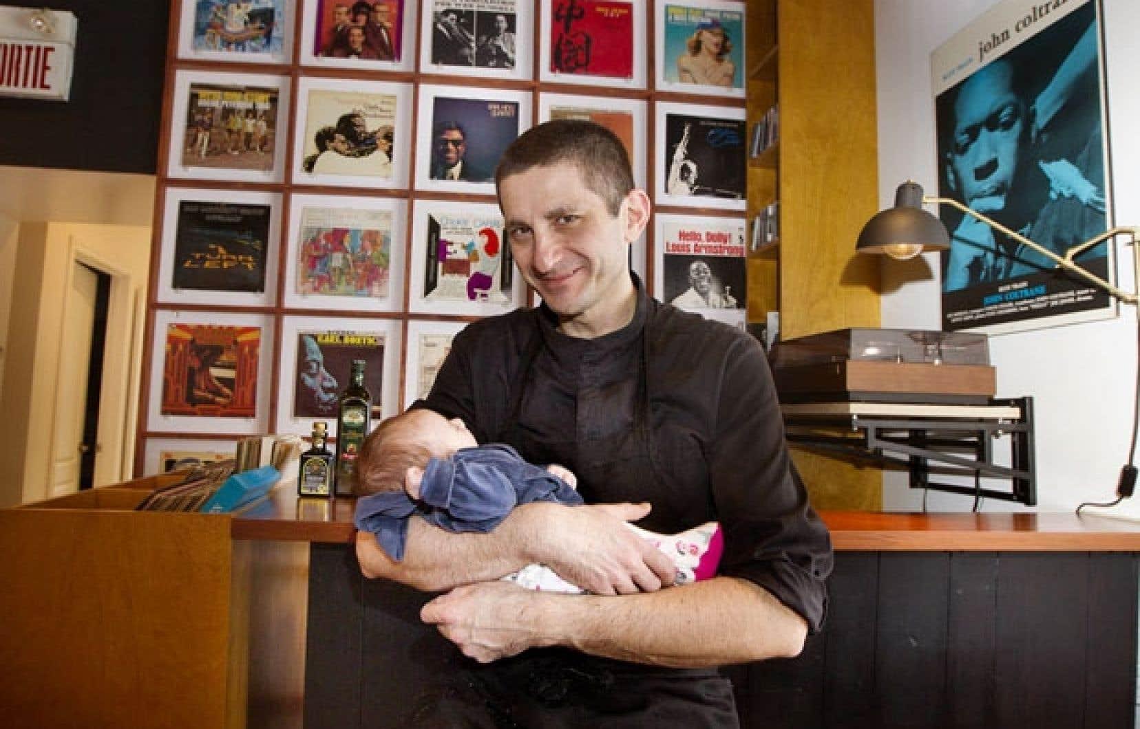 Le chef propriétaire du restaurant Barcola, Fabrizio Caprioli, et sa petite Stella, un mois.
