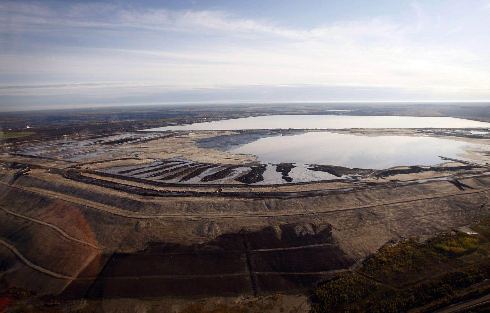 Des bassins de décantation contiennent l'eau chargée de résidus toxiques dans des installations près de Fort McMurray, en Alberta.