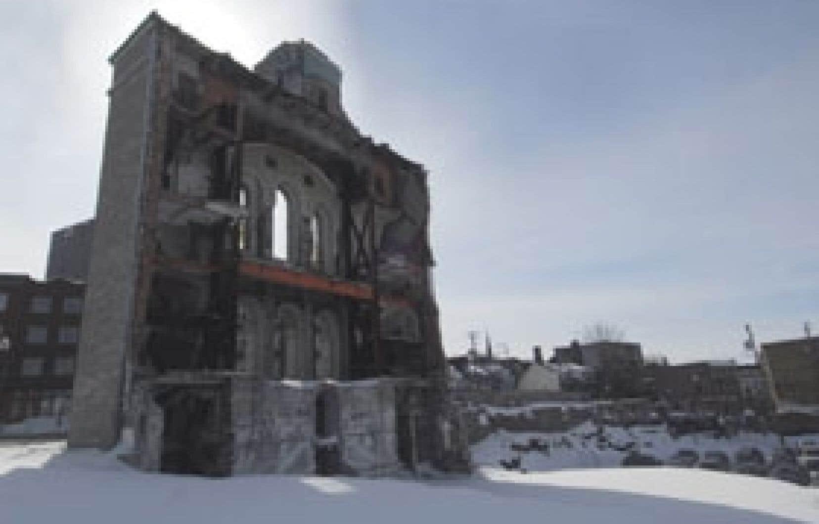 Traversée par le soleil de fin de journée, la vieille façade de Saint-Vincent-de-Paul, à Québec, offre des points de vue magnifiques.