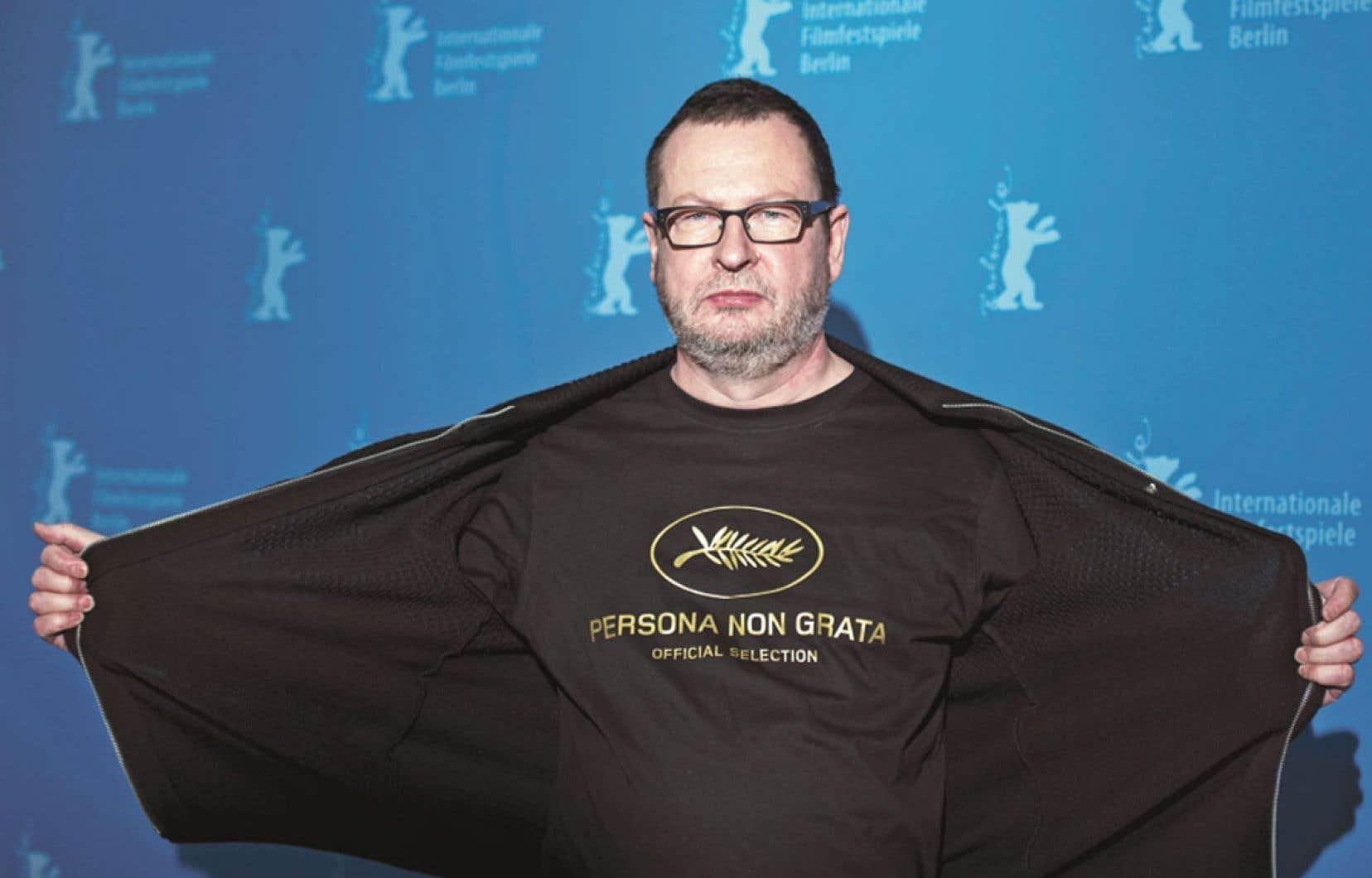 Banni du Festival de Cannes en 2011, le réalisateur danois Lars Von Trier exhibait dimanche, jour de la présentation de la version longue de Nymphomaniac Vol. 1, un t-shirt au message plutôt ironique.