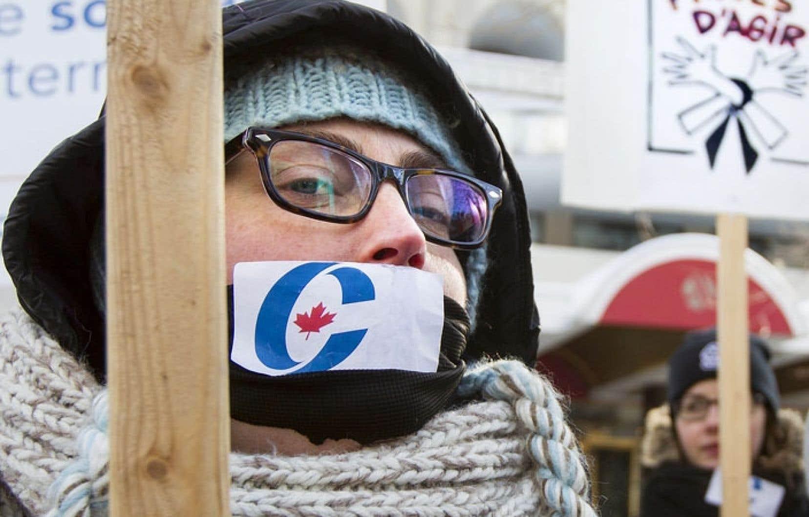 Environ 150 personnes issues des réseaux québécois de la coopération internationale ont profité du passage du ministre canadien du Commerce extérieur pour manifester leur désaccord avec la nouvelle politique gouvernementale qui assujettit l'aide aux pays en voie de développement aux retombées que ce soutien peut avoir sur les entreprises canadiennes.
