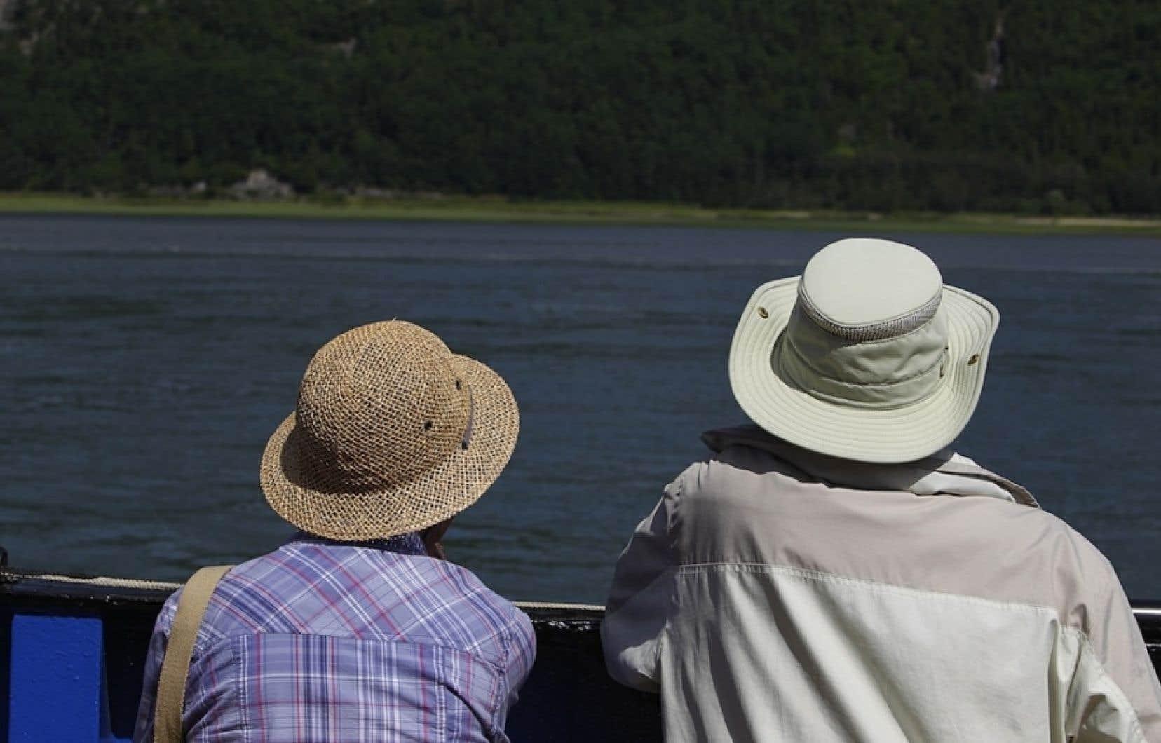 Le gouvernement Harper compte renégocier les avantages de 500 000 retraités de la fonction publique et de sociétés d'État .