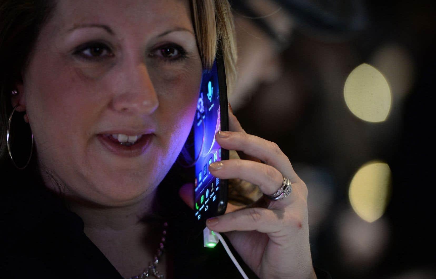 Ottawa veut plafonner les tarifs d'itinérance exigés aux usagers de téléphonie sans fil.
