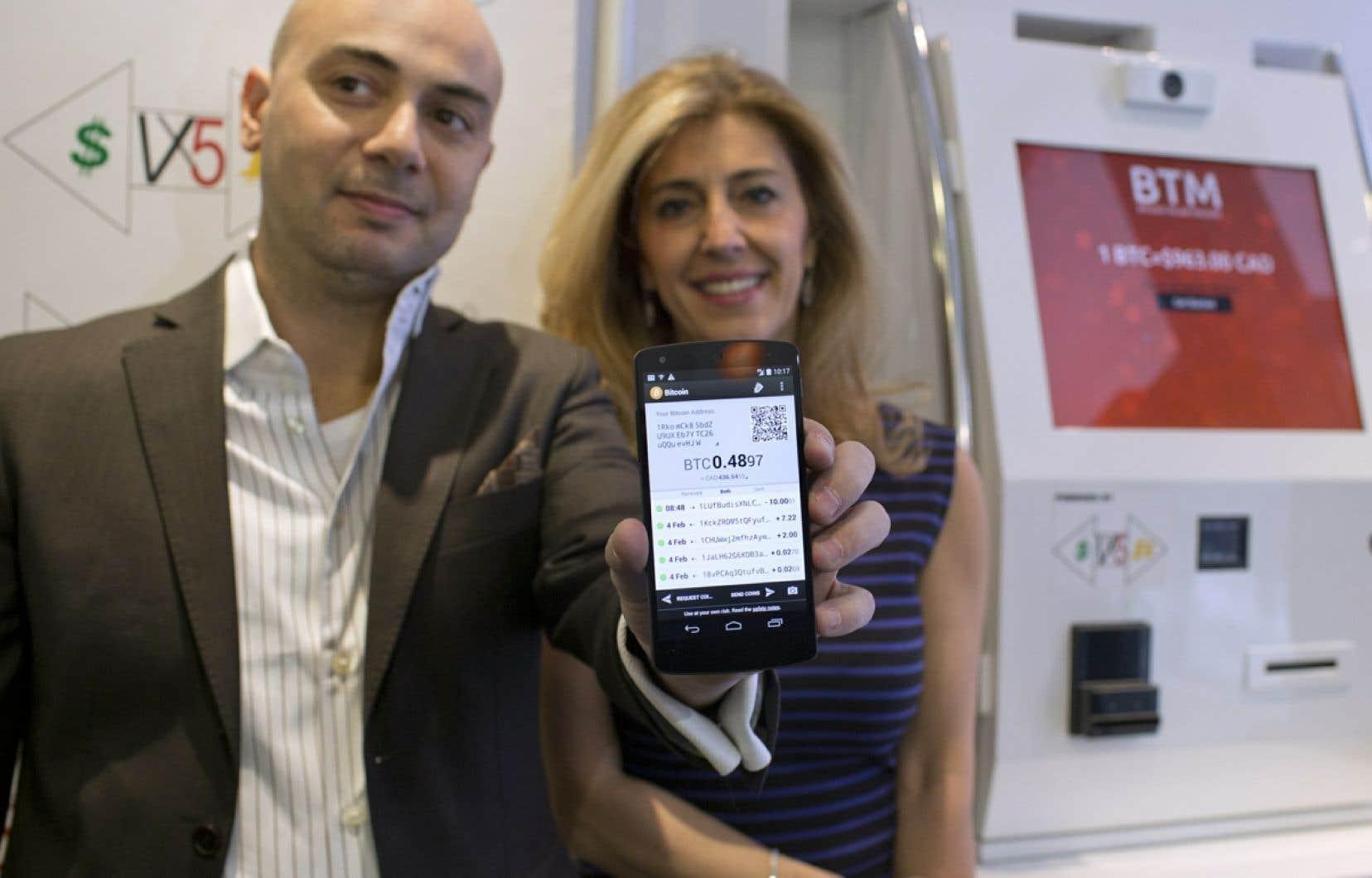 Fadi Azouz, le propriétaire du premier guichet du boulevard Saint-Laurent qui permet d'acheter des bitcoins en échange d'argent comptant et Mme Nevine Sawaya, une utilisatrice.