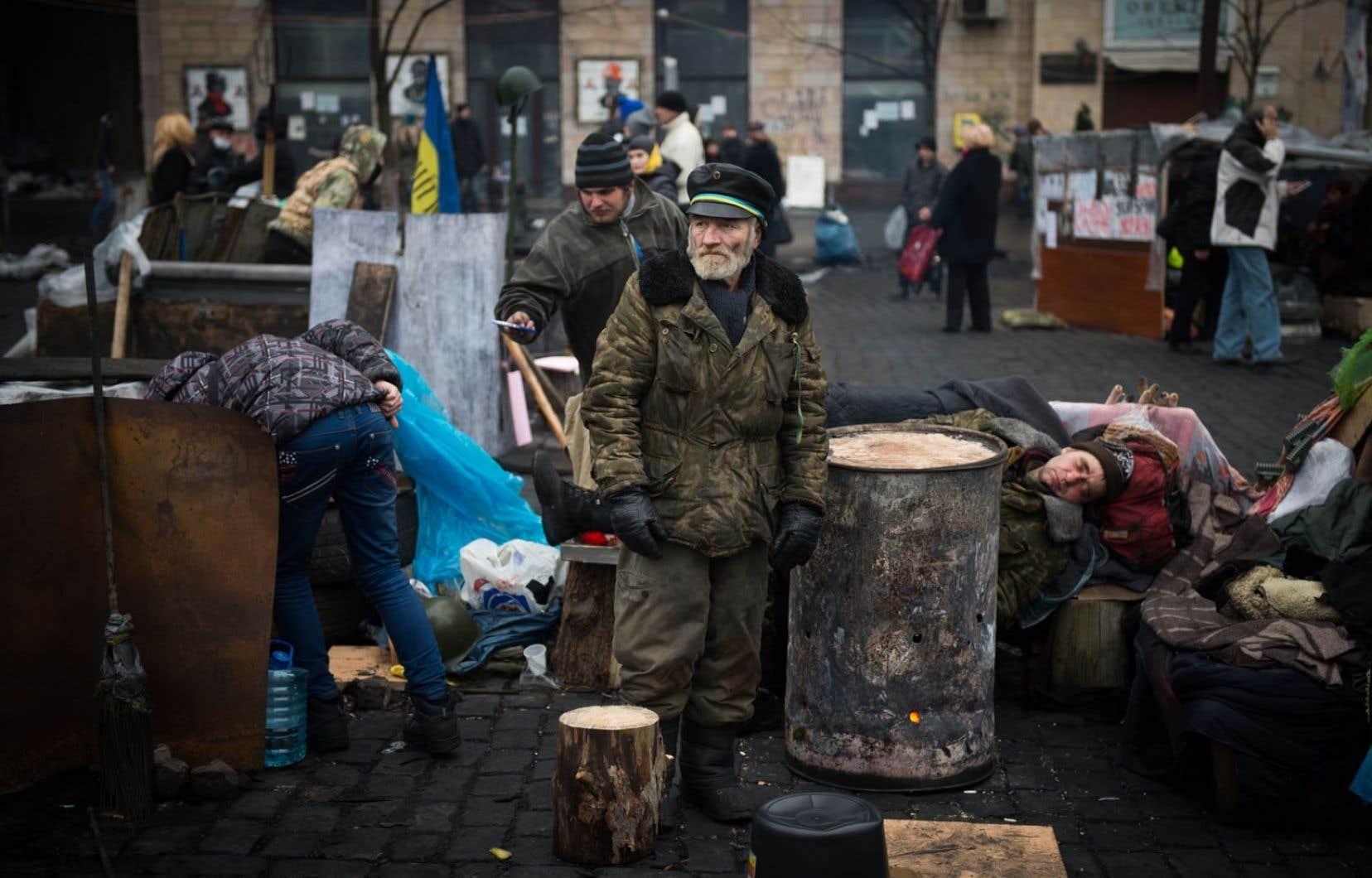 Des manifestants se reposaient sur une barricade, mercredi, à Kiev.