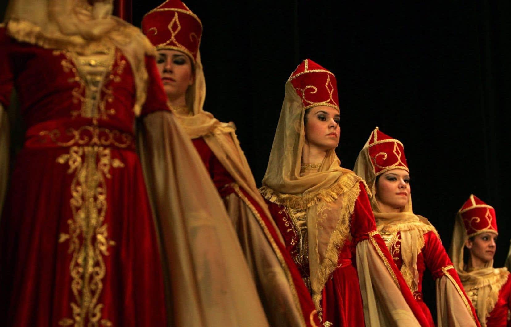 Une troupe de danse traditionnelle circassiennefait une prestation lors d'un concert à Amman, en Jordanie
