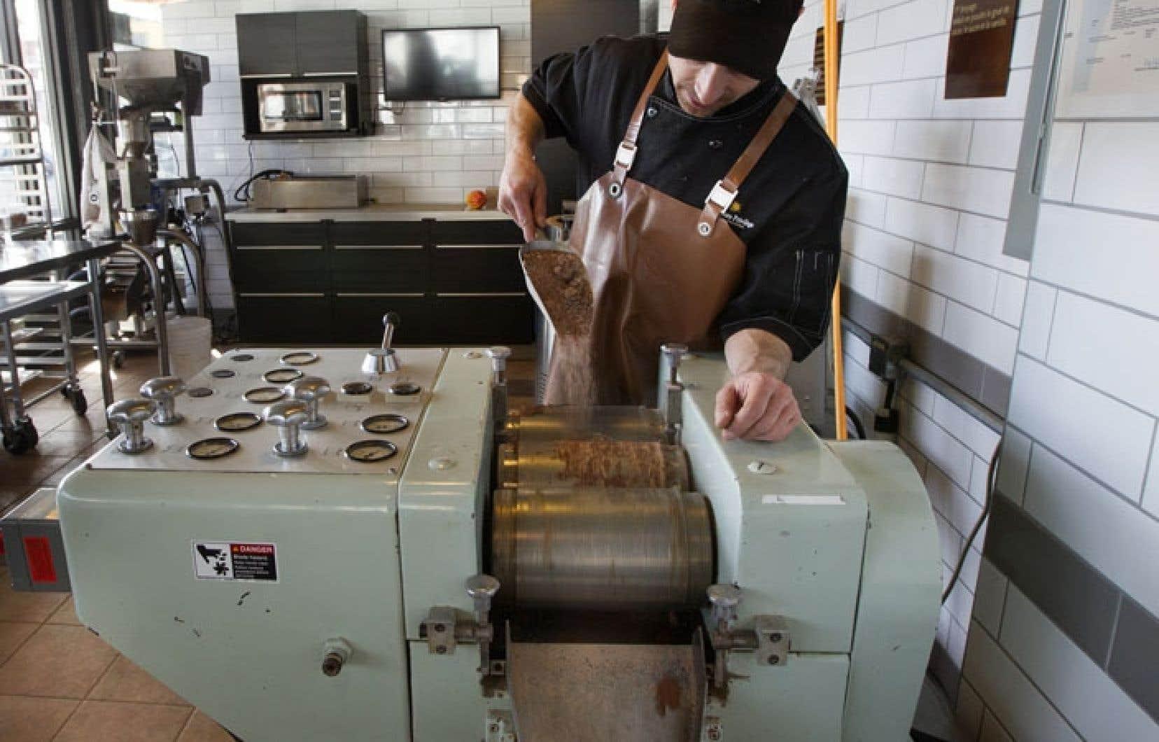 François Baudry, copropriétaire de Chocolats Privilège, en pleine séance de broyage. Un peu à la manière des raisins qui composent le vin, les fèves de cacao donnent au chocolat une saveur unique selon la région d'où elles proviennent, ou encore en fonction de leur degré de torréfaction.