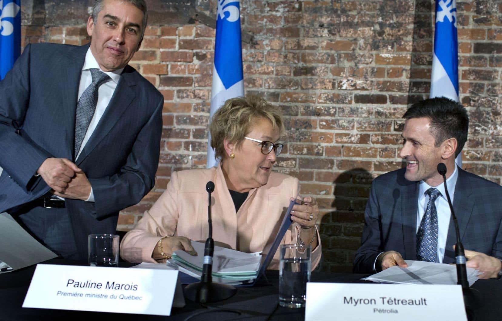 Le ministre des Finances et de l'Économie, Nicolas Marceau, la première ministre Pauline Marois et le président-directeur général de Pétrolia, Myron Tétreault, lors de l'annonce conjointe qui s'est tenue jeudi après-midi à Montréal.