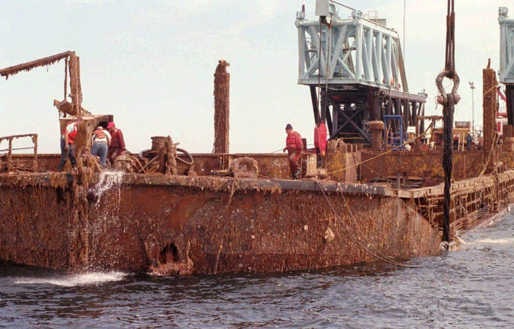 Les opérations de renflouage de l'Irving Whale ont été menées en 1996 par le gouvernement fédéral. En 1970, la barge avait sombré à 67 mètres de profondeur, à 60 km de l'Île-du-Prince-Édouard et à 100 km des îles de la Madeleine.