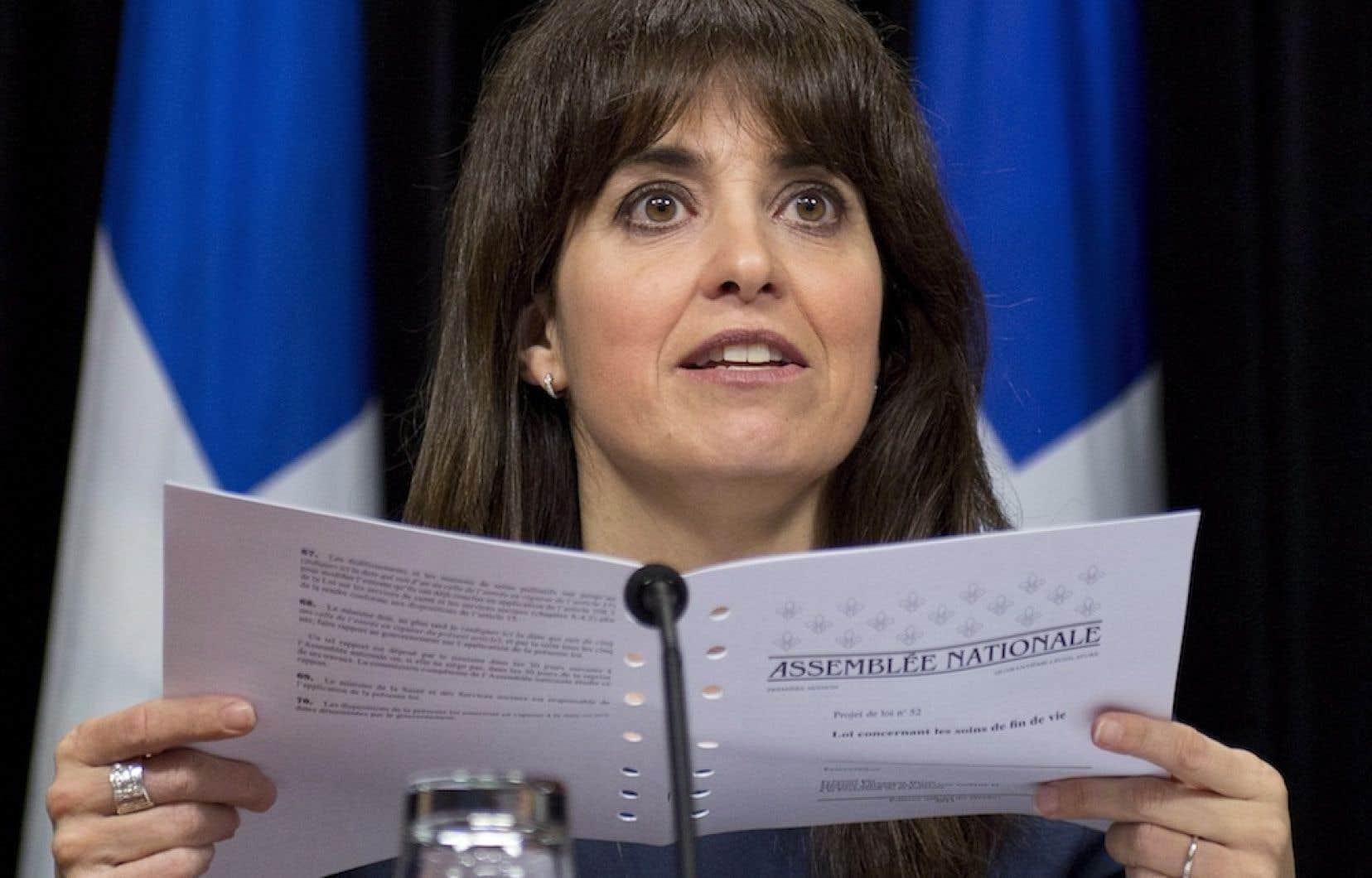 La ministre Véronique Hivon tenant son projet de loi concernant les soins de fin de vie.