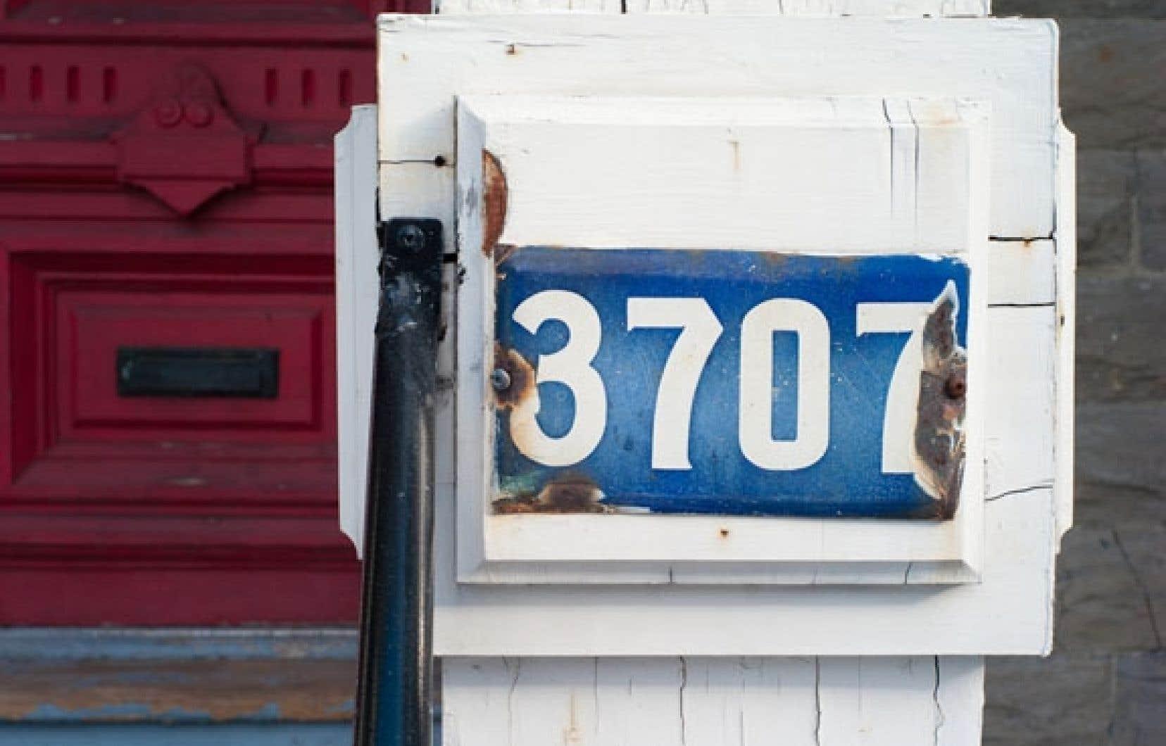 Les célèbres plaques d'adresse émaillées bleues qui ont distingué les rues de Montréal pendant près d'un siècle se font vieilles.