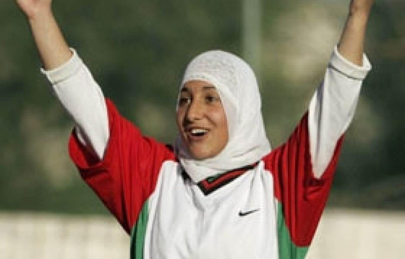 Une footballeuse de l'équipe nationale de soccer palestinienne à l'entraînement, à Bethléem, le 21 février dernier. La fédération internationale, à laquelle appartient l'équipe, autorise le port du hijab.