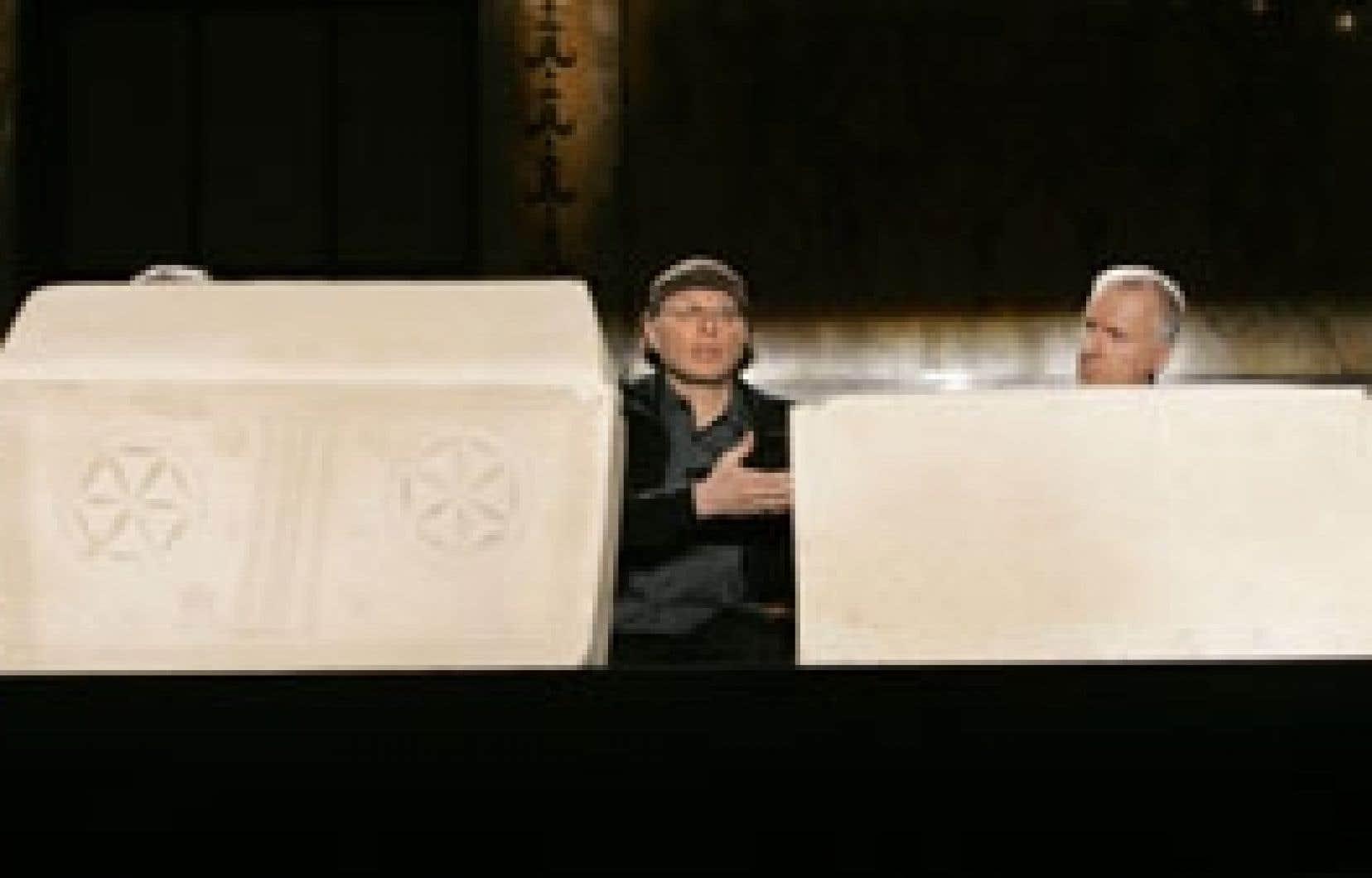Les réalisateurs Simcha Jacobovici et James Cameron (à droite) ont exhibé hier à New York deux ossuaires, vieux de 2000 ans et retrouvés en 1980 à Jérusalem, qui auraient contenu les ossements de Jésus et Marie-Madeleine. Ils ont fait état de la