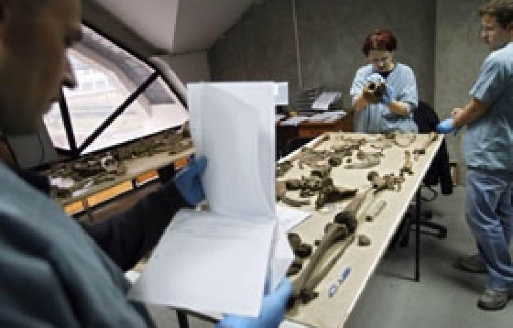 Des experts de la Commission internationale pour les personnes disparues tentaient hier d'identifier des ossements de victimes du massacre de Srebrenica, en 1995.
