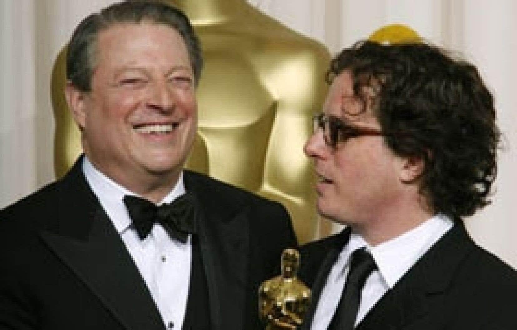 L'ancien vice-président des États-Unis, Al Gore, et le réalisateur Davis Guggenheim ont reçu l'onction des Oscars, hier soir, pour leur documentaire écologiste intitulé An Inconvenient Truth (Une vérité qui dérange).