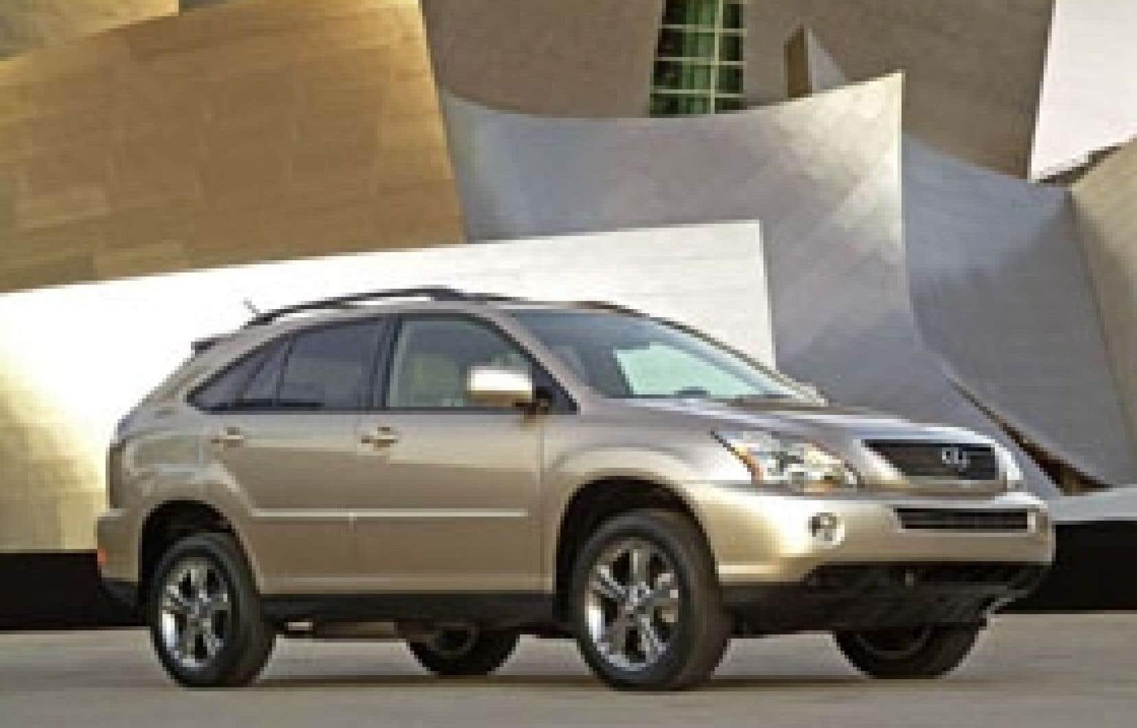 En 2004, Lexus présentait une nouvelle génération de RX qui suivait les traces de son prédecesseur le RX 300. Le RX 400h est mu par la combinaison d'un moteur V6 de 3,3 litres et de moteurs électriques disposés à l'avant et à l'arrière du