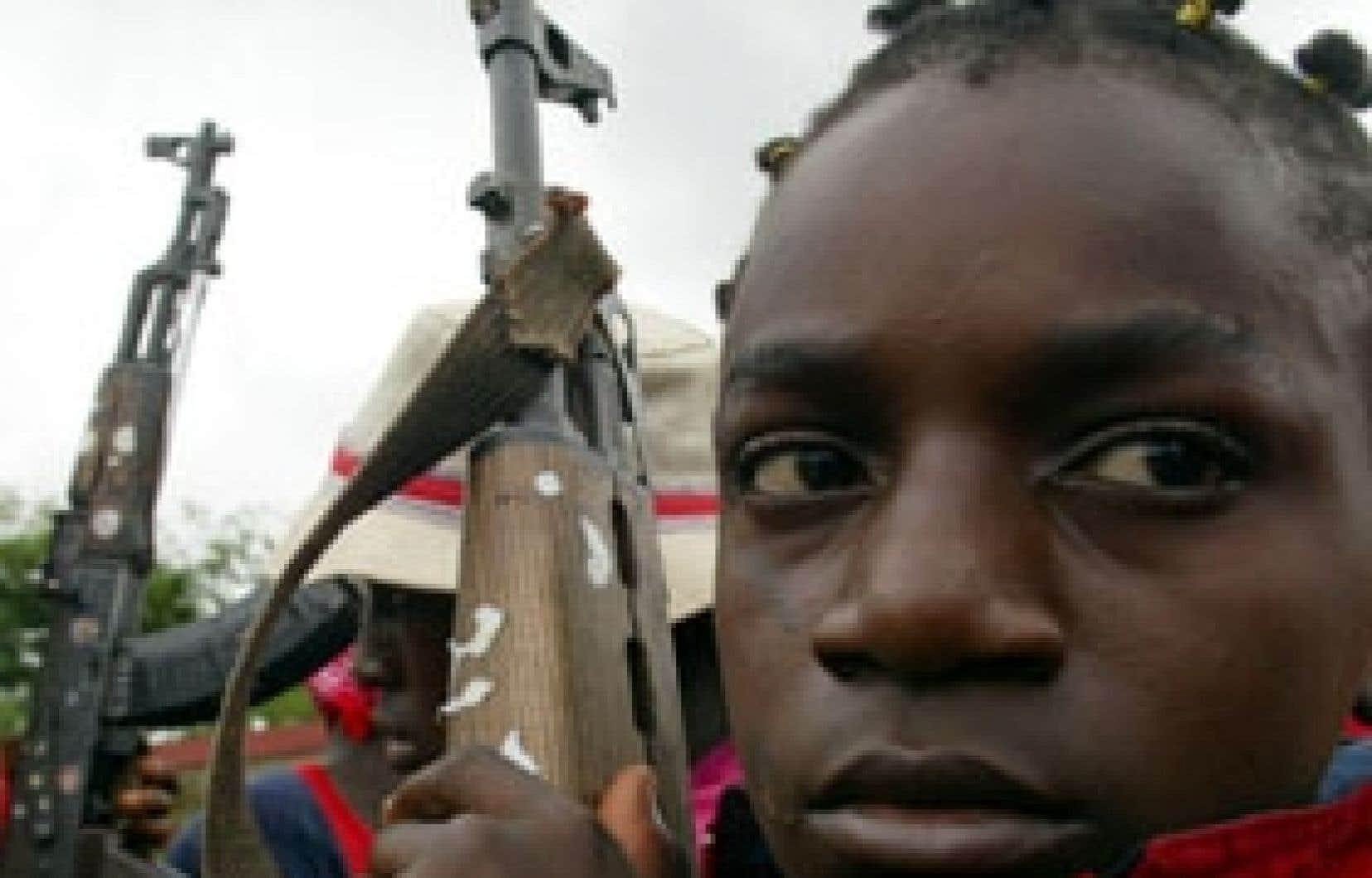 Le jeune Bah Bola, alors qu'il s'apprêtait à rejoindre le front de Monrovia, en 2003. Depuis, le Liberia a vu nombre de jeunes enfants-soldats revenir à la vie civile.