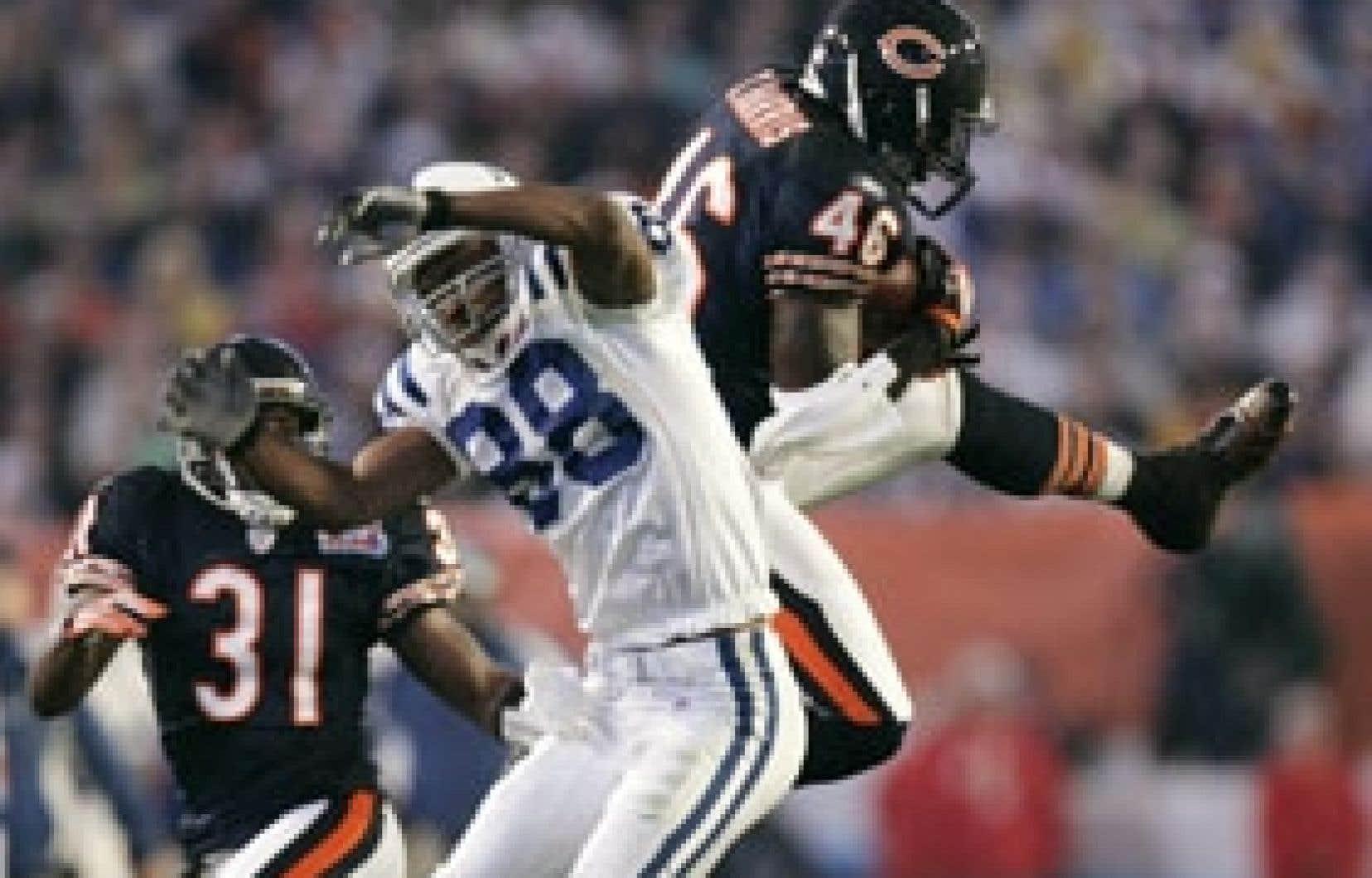 Chris Harris, des Bears de Chicago, intercepte une passe aux dépens de Marvin Harrison, des Colts d'Indianapolis, au cours du premier quart du match. Au moment de mettre sous presse, les Colts menaient 16 à 14.