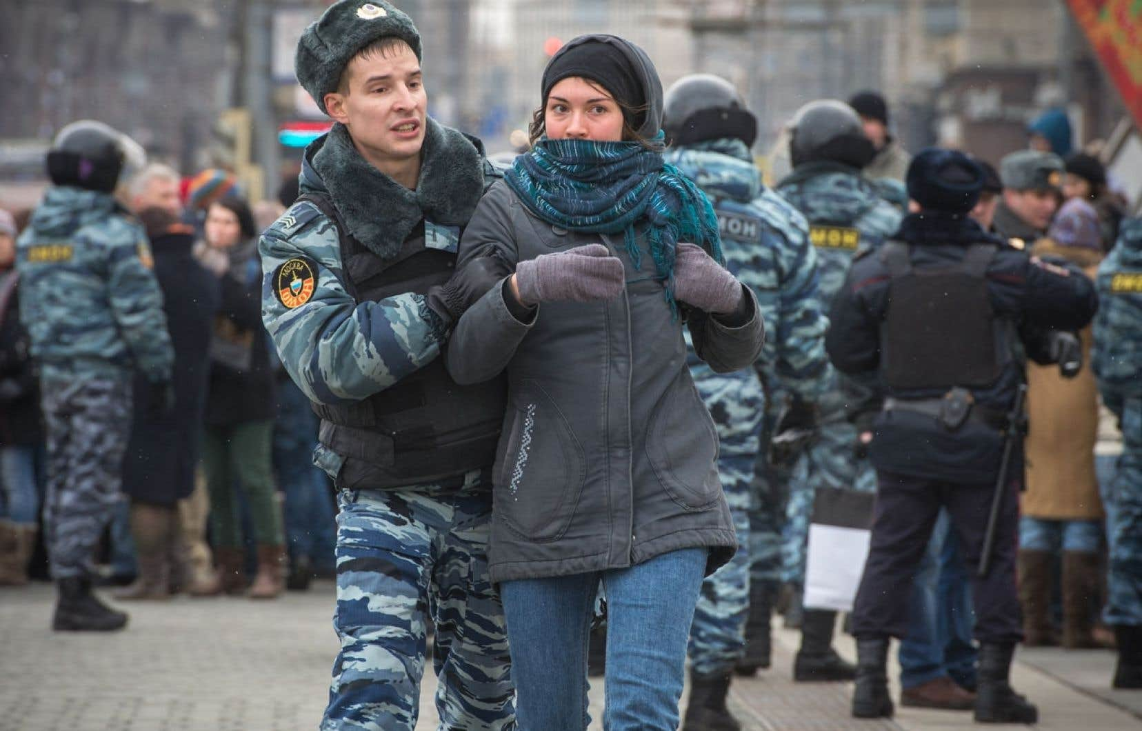 Des centaines de personnes ont été arrêtées dimanche à Moscou (ci-dessus) et à Saint-Pétersbourg au cours de manifestations contre l'intervention militaire russe en Crimée.