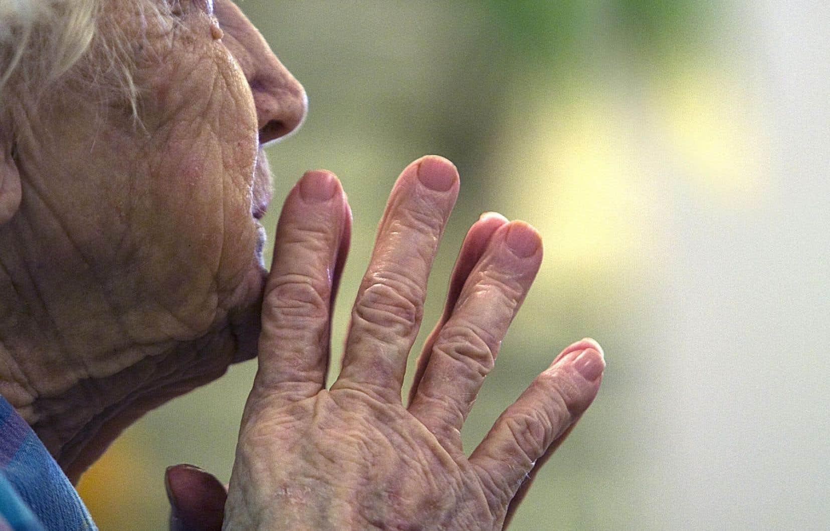 La majorité des proches aidants sont des femmes. Elles vivent plus longtemps que les hommes et vieillissent plus souvent seules.