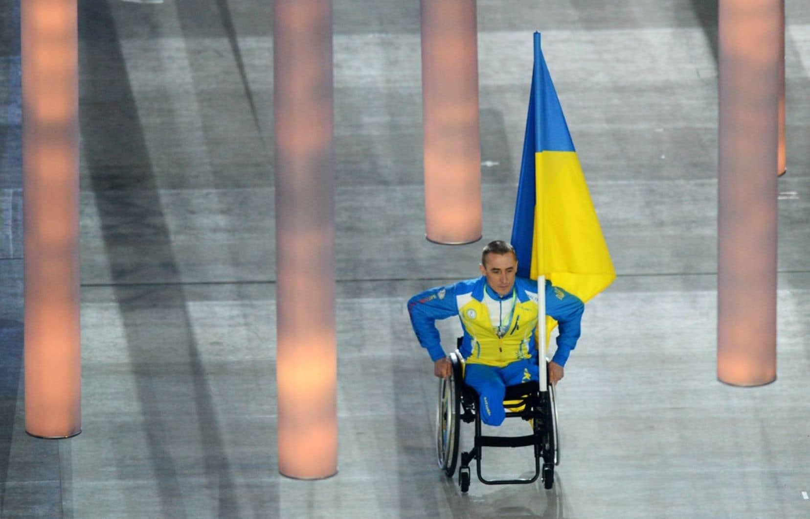 Le biathlonien Mykhaylo Tkachenko, porte-drapeau de l'Ukraine, a défilé seul à l'occasion de la cérémonie d'ouverture des Jeux paralympiques de Sotchi.