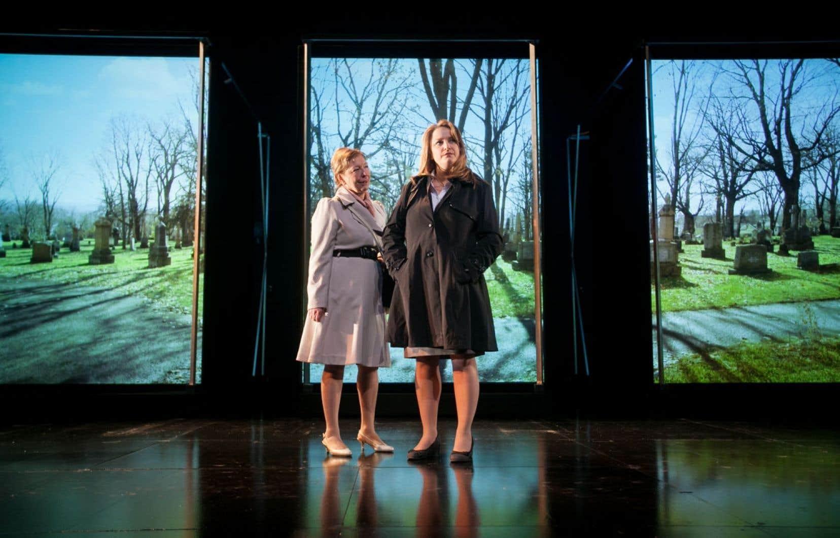 Les comédiens de Frozen (Marie-Ginette Guay et Nancy Bernier sur la photo) évoluent dans un décor d'images projetées. Ce processus, malgré sa beauté, fragilise la théâtralité.