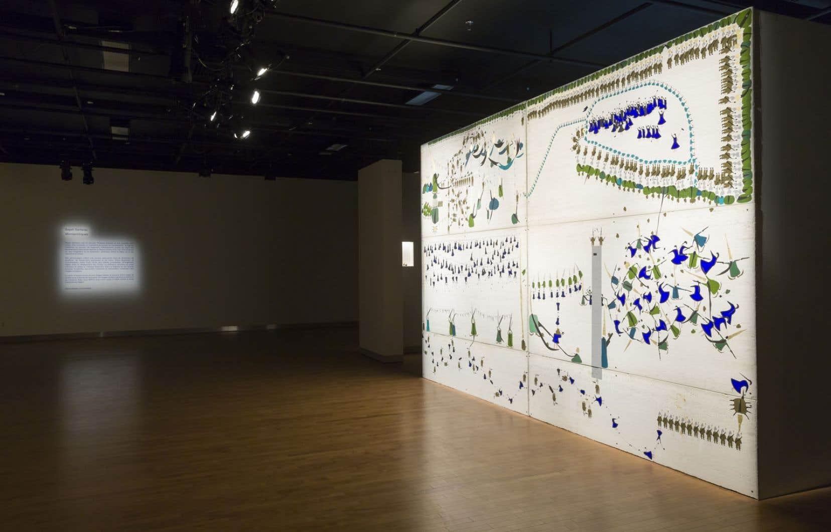 Vue de <em>Micropolitiques</em> de Sayeh Sarfaraz, une exposition port&eacute;e par une imposante sc&eacute;nographie.