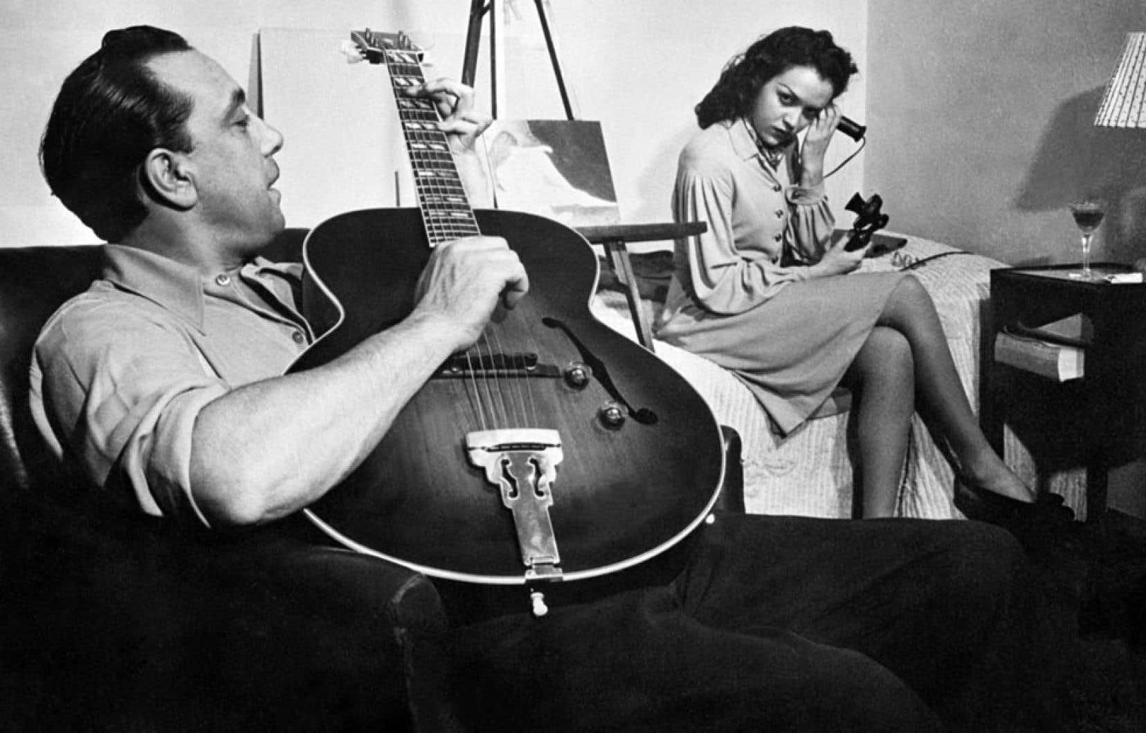 L'un des plus importants guitaristes de jazz du siècle dernier, Django Reinhardt, ici photographié en 1949 avec une femme non identifiée, a enregistré ses premiers disques à l'adolescence.