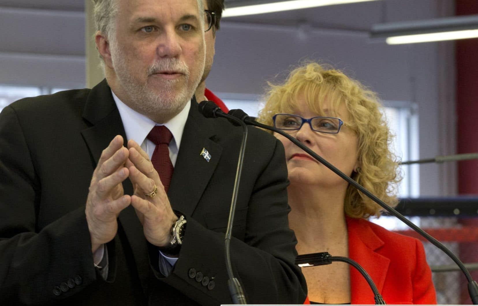 Le chef du PLQ, Philippe Couillard, ici en compagnie de la députée sortante Marguerite Blais, a manifesté en début de campagne son désir de voir le Québec signer la Constitution du Canada.