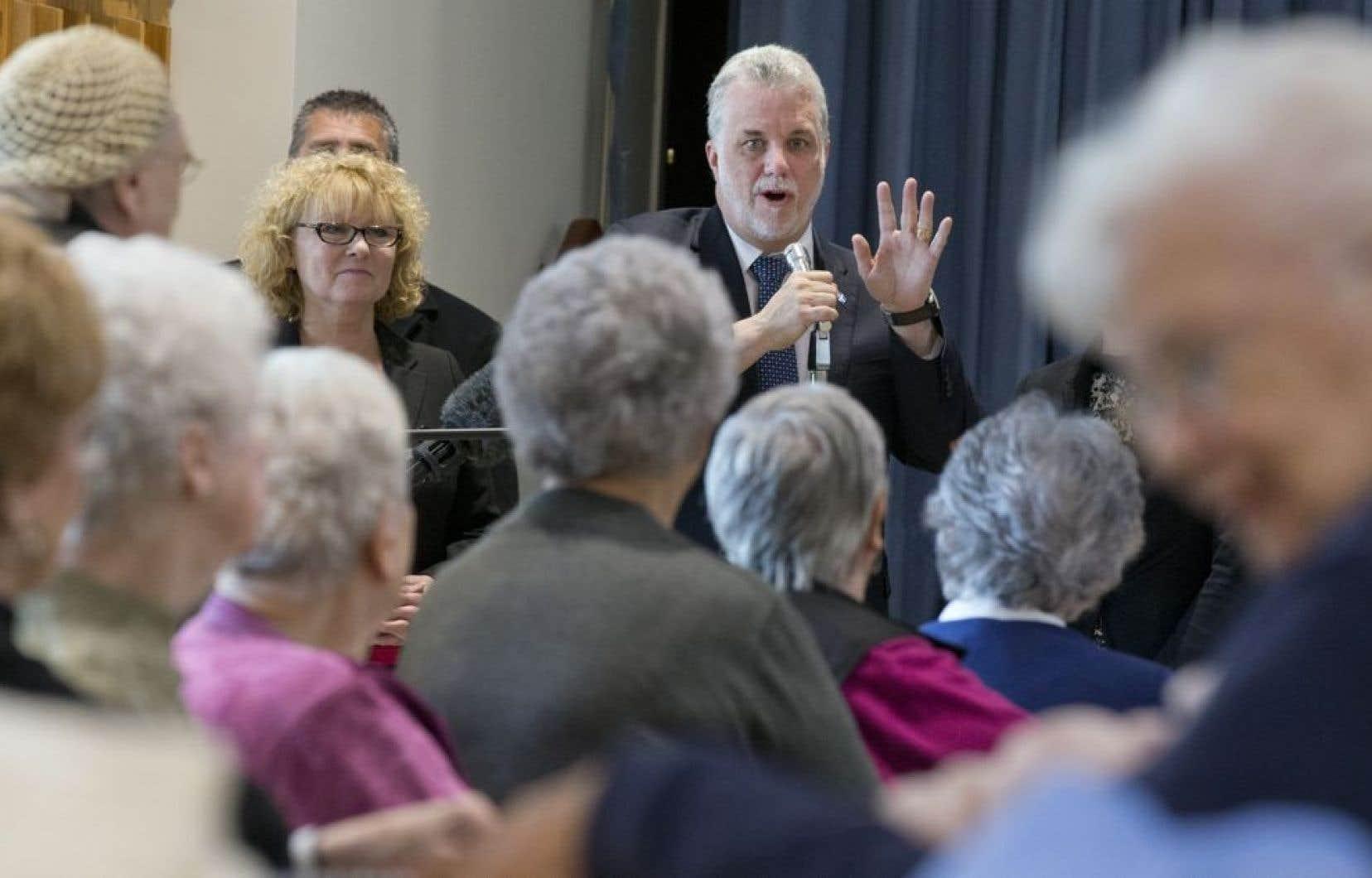 Le chef Philippe Couillard s'est engagé à investir 150 millions $ par année pendant cinq ans pour développer les soins à domicile.