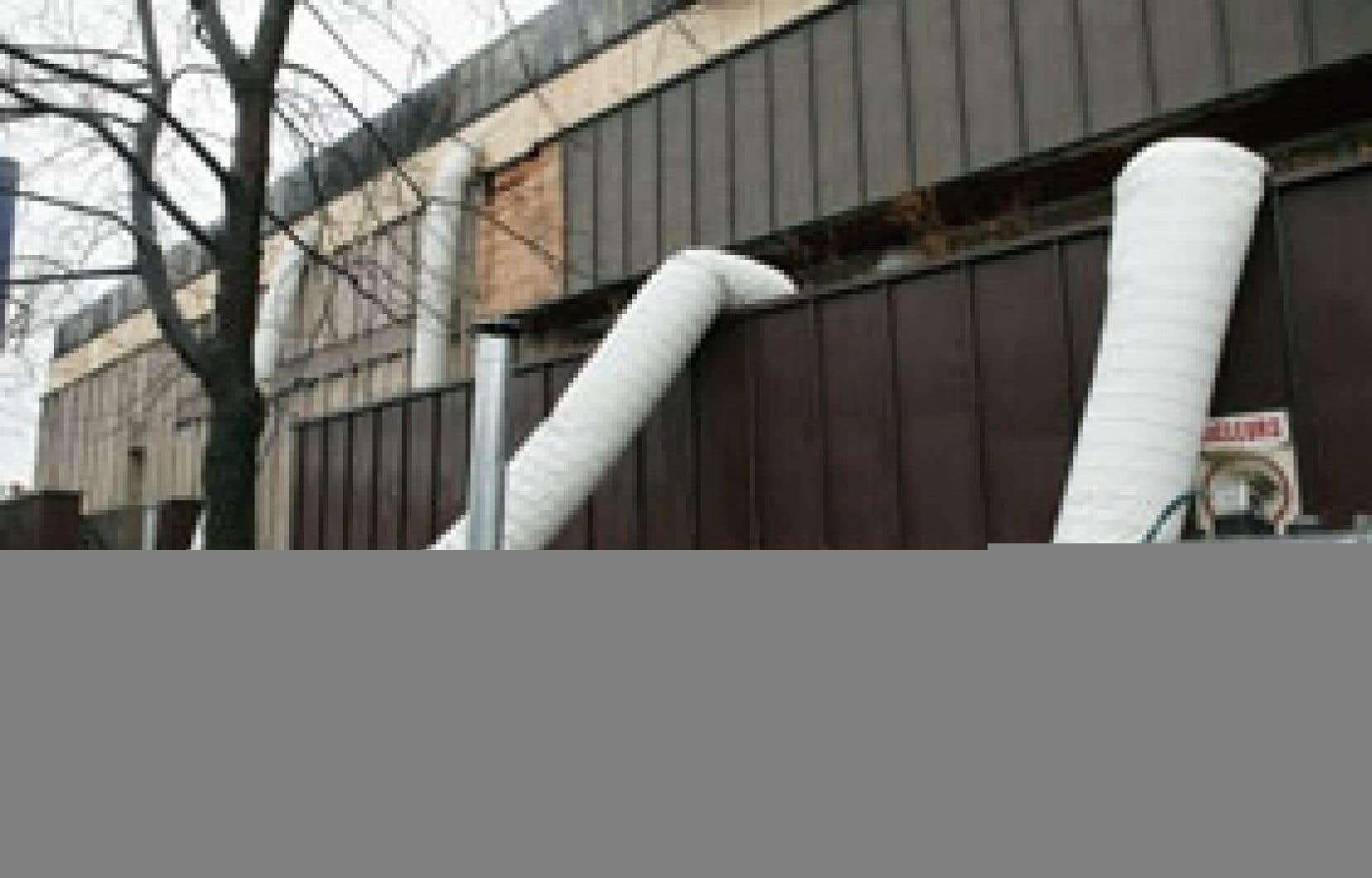 Les travaux de nettoyage et d'assèchement se poursuivaient hier à l'école Père-Marquette, ravagée par un incendie juste avant Noël.