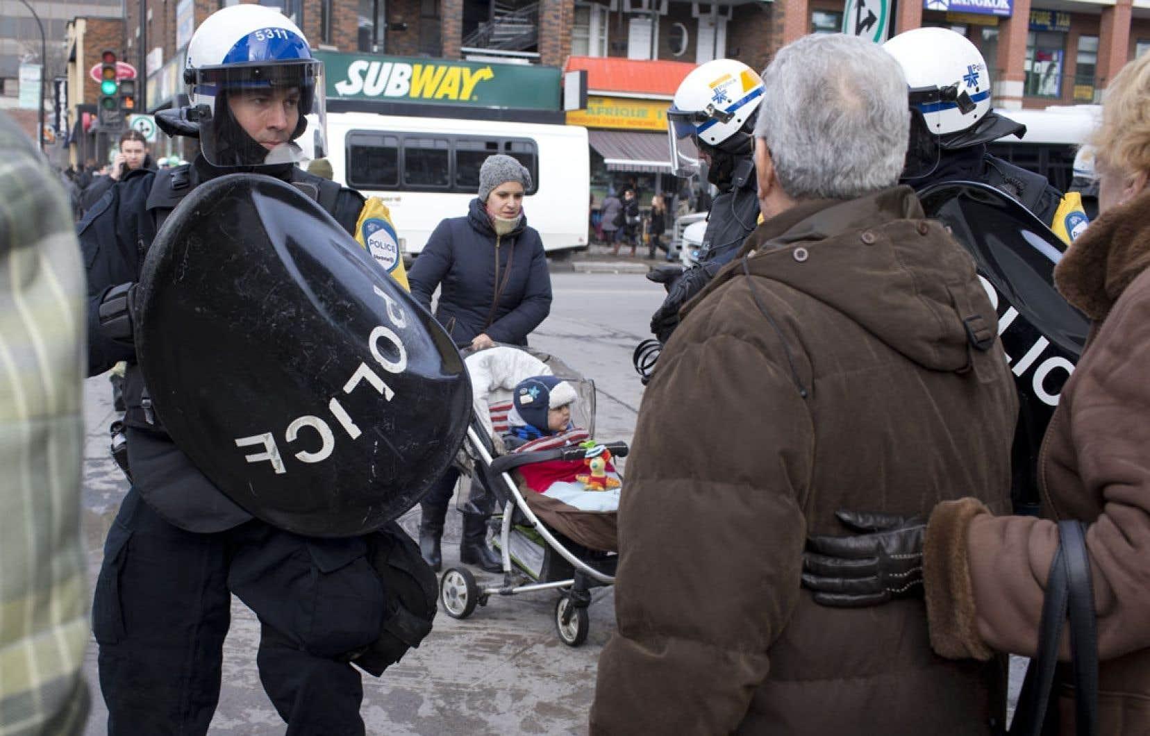 Les manifestants n'ont pas eu le temps de mettre le pied sur le bitume, samedi à l'angle de la rue Jean-Talon et de l'avenue De Chateaubriand, que le SPVM déclarait la manifestation illégale.