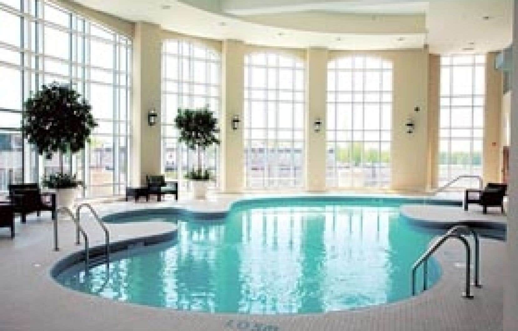 Un spa, un salon de massage et une piscine thérapeutique chauffée offrent des moments de détente aux locataires.