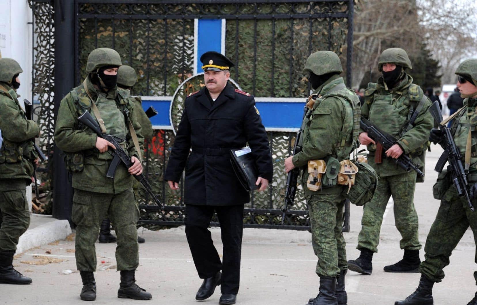 Sans violence, des soldats russes ont investi mercredi des bases militaires ukrainiennes en Crimée. Sur la photo, un haut gradé ukrainien quitte la base à laquelle il était affecté.