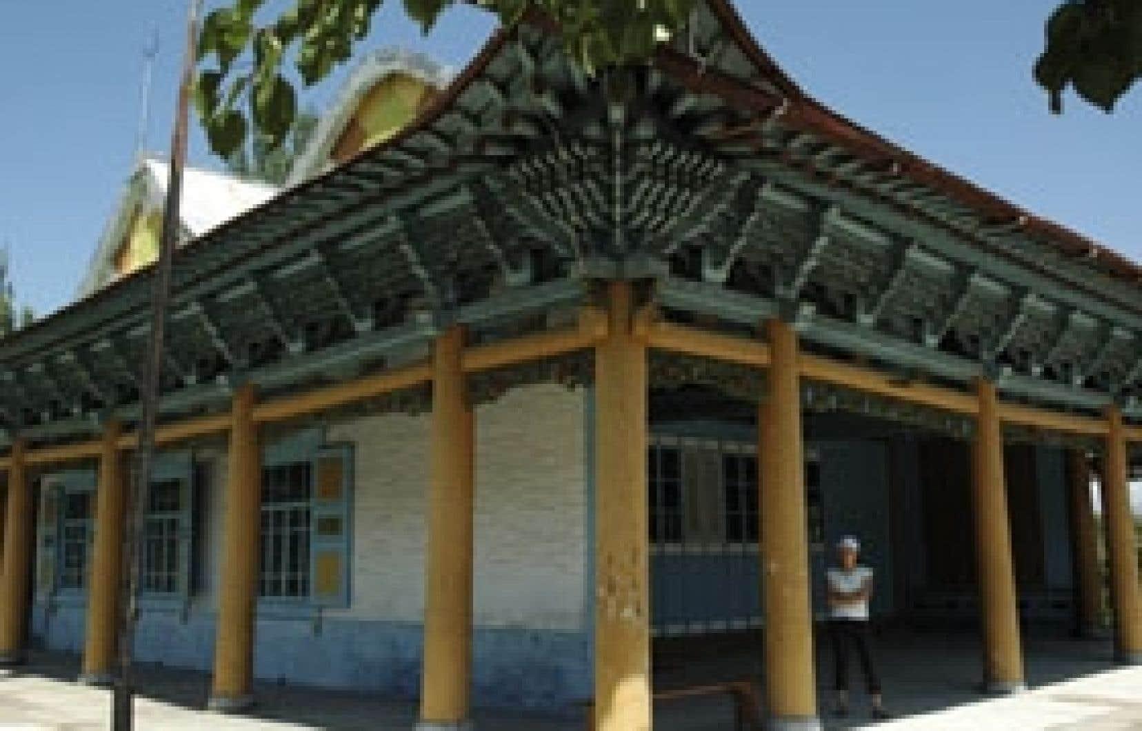 Une mosquée chinoise construite sans clous, achevée en 1910 après trois ans de travaux par un architecte et vingt artisans chinois de la communauté dungan. Fermée par les bolcheviques de 1933 à 1943, elle est de nouveau un lieu de culte.