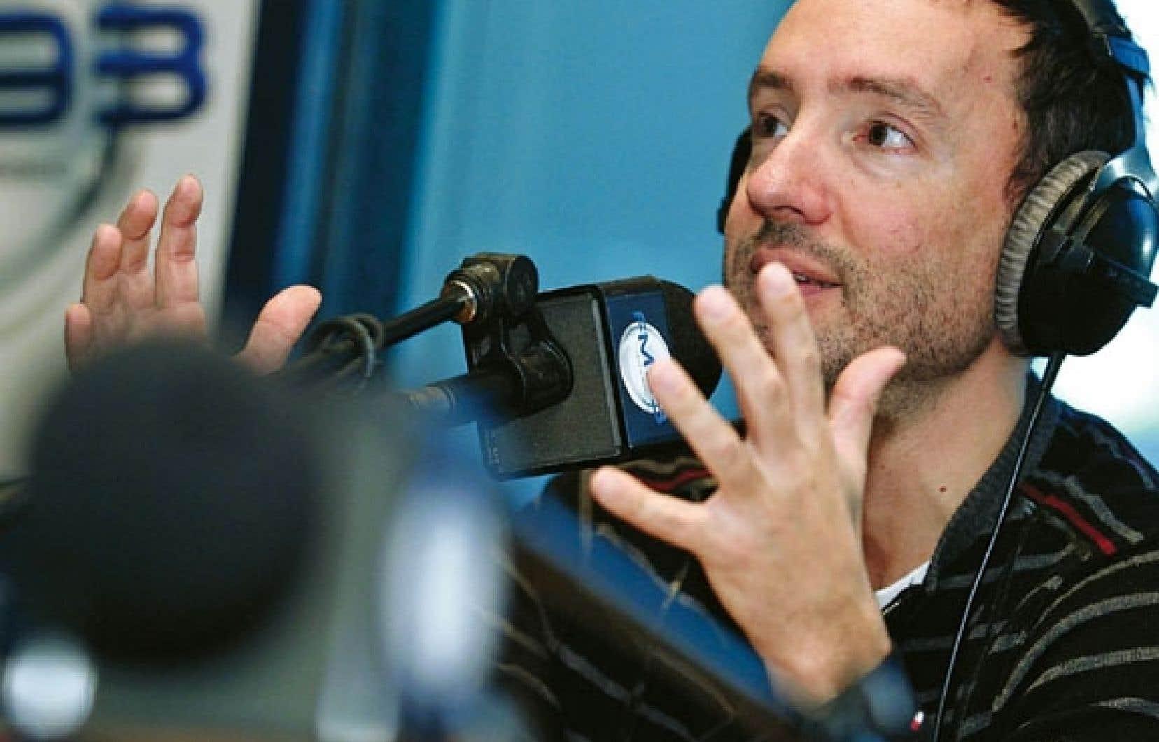 Sylvain Bouchard anime tous les matins en semaine l'émission Bouchard en parle au FM 93.