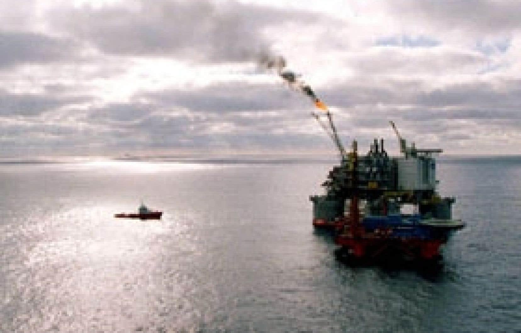 Statoil et Norsk, leaders du secteur pétrolier en Norvège, donneront naissance à une société qui devrait produire en l'an prochain 1,9 million de barils équivalent-pétrole par jour avec des effectifs combinés de 31 000 personnes.