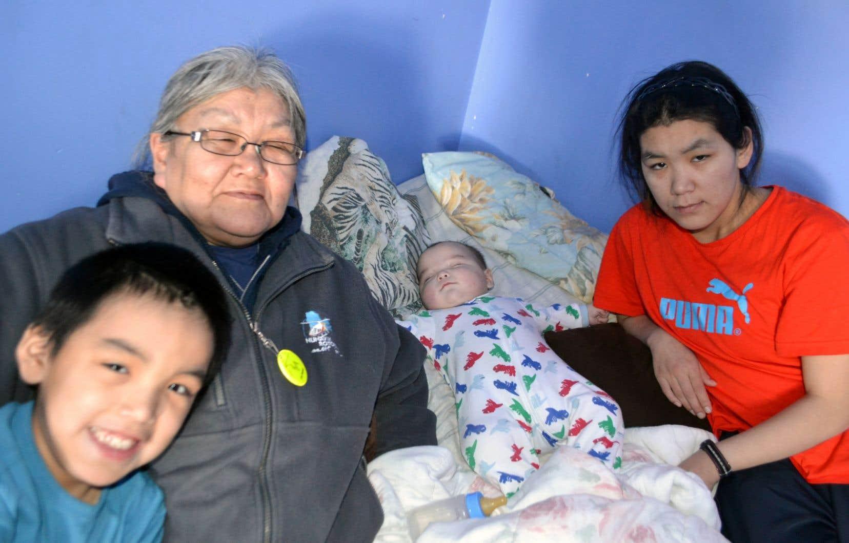 La crise du logement est sérieuse au Nunavik. Sur la photo, la famille de Suzie Munick.