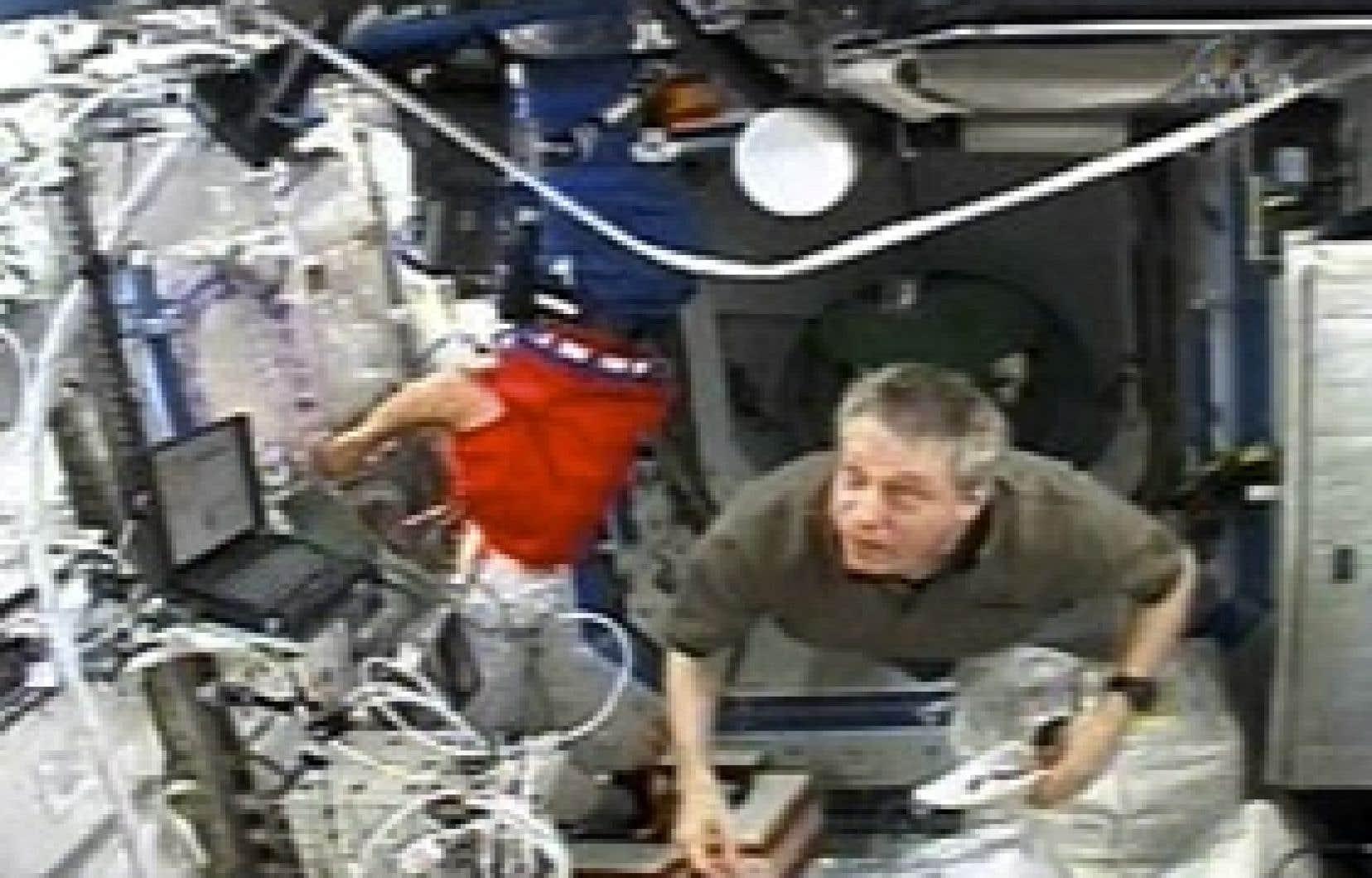 Aujourd'hui, les astronautes Robert Curbeam et Christer Fuglesang de la navette Discovery feront une sortie supplémentaire de sept heures pour finir de replier les panneaux d'une antenne solaire à la suite de problèmes reliés au mécanisme de ré
