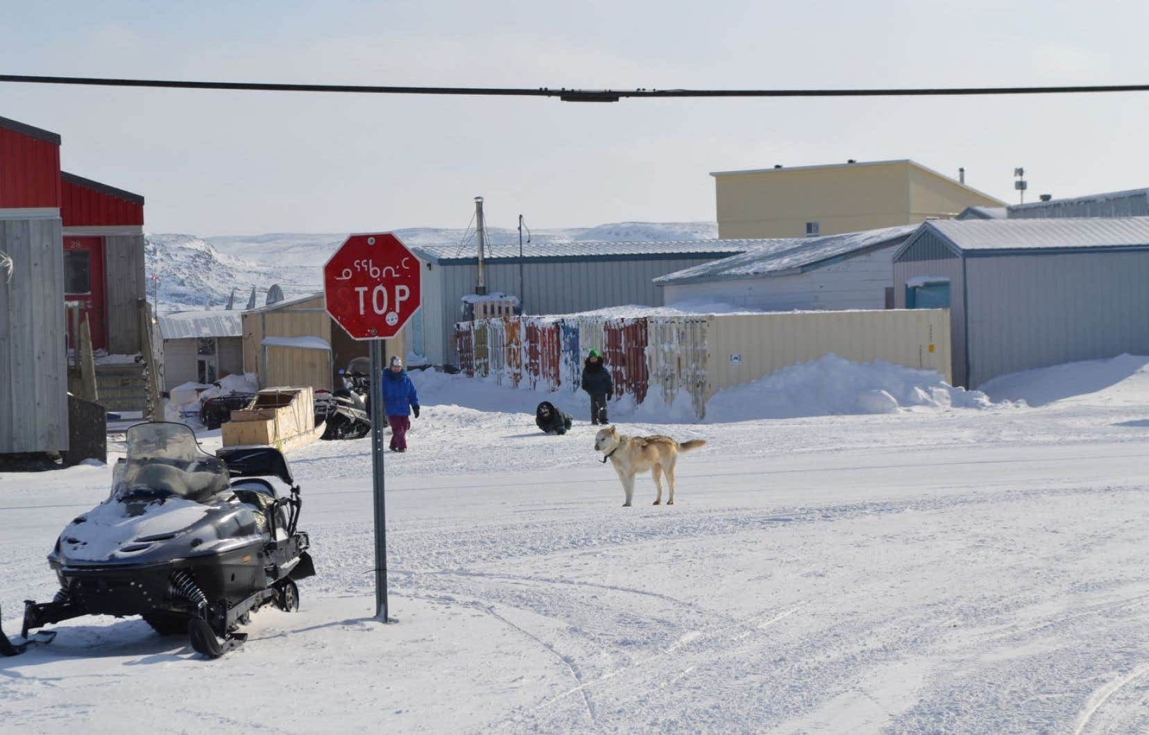 Kangiqsualujjuaq est situé sur la rive est de la rivière George. Elle compte quelque 900 résidants.