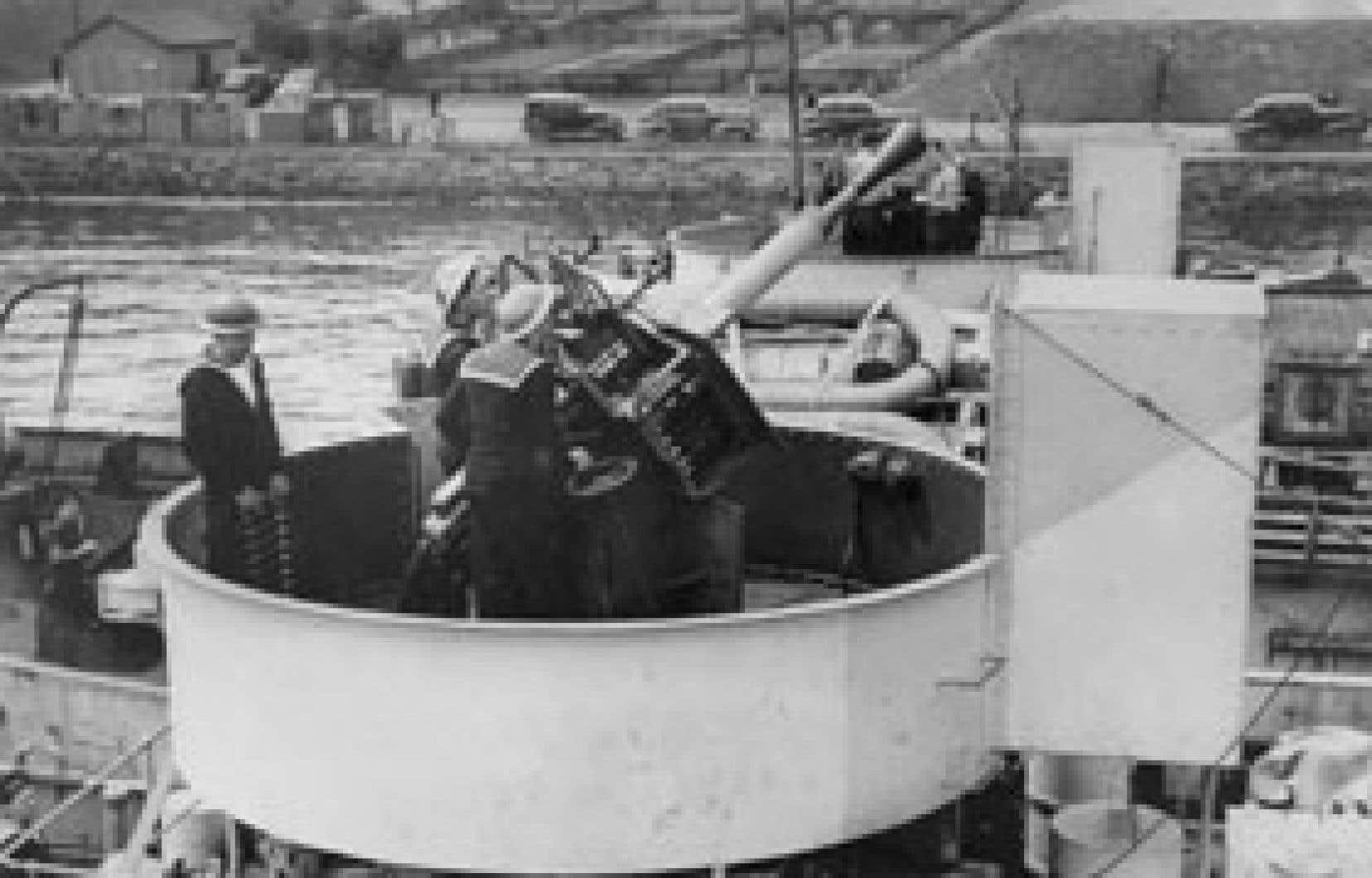 Pom-pom et équipe de pièce à bord du NCSM Morden. Ce canon, qui était la principale arme antiaérienne sur les corvettes canadiennes, pouvait tirer 60 salves à la minute. Son feu lourd et sourd lui a valu le surnom de «pom-pom».